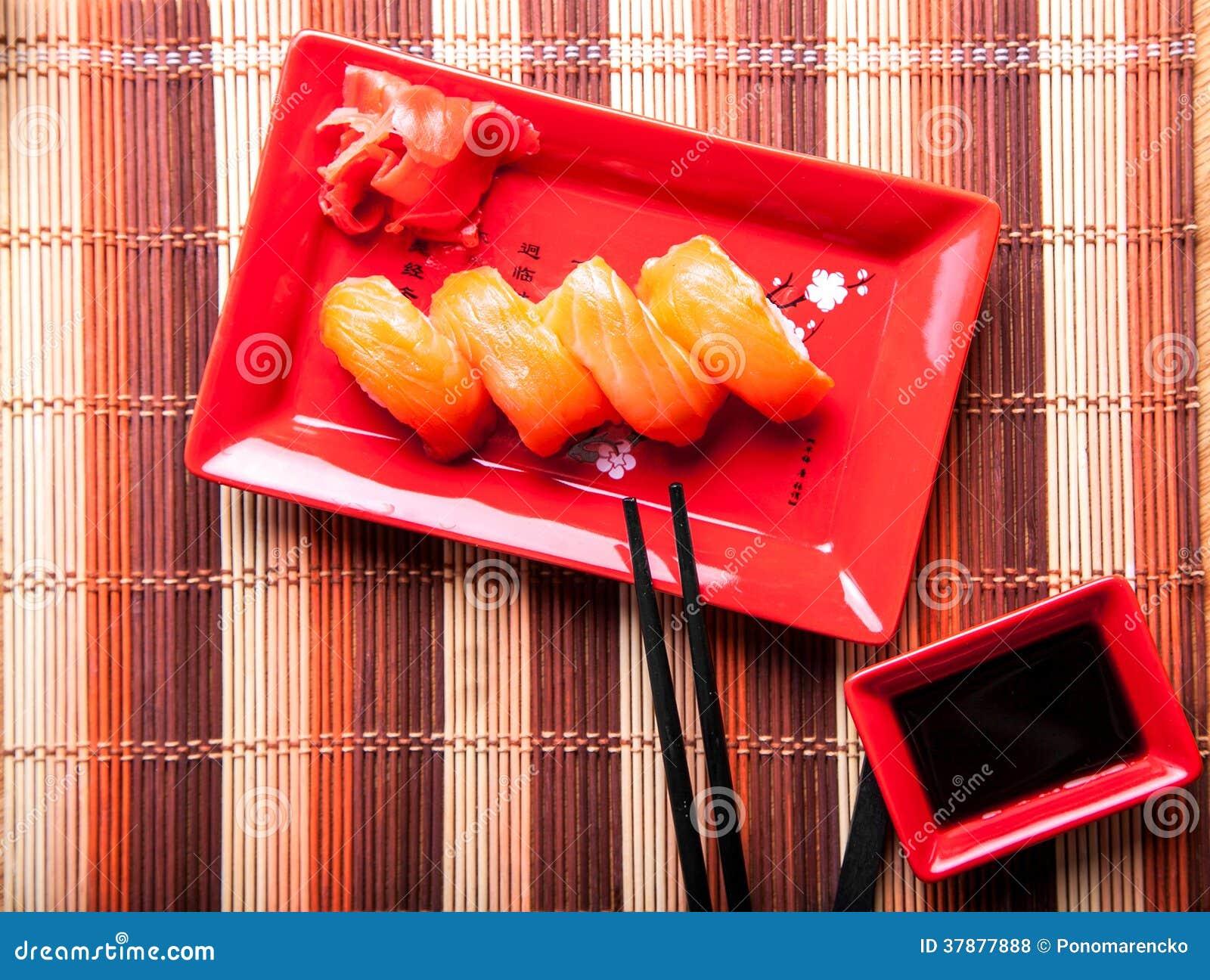 Diner van sushi met zalm