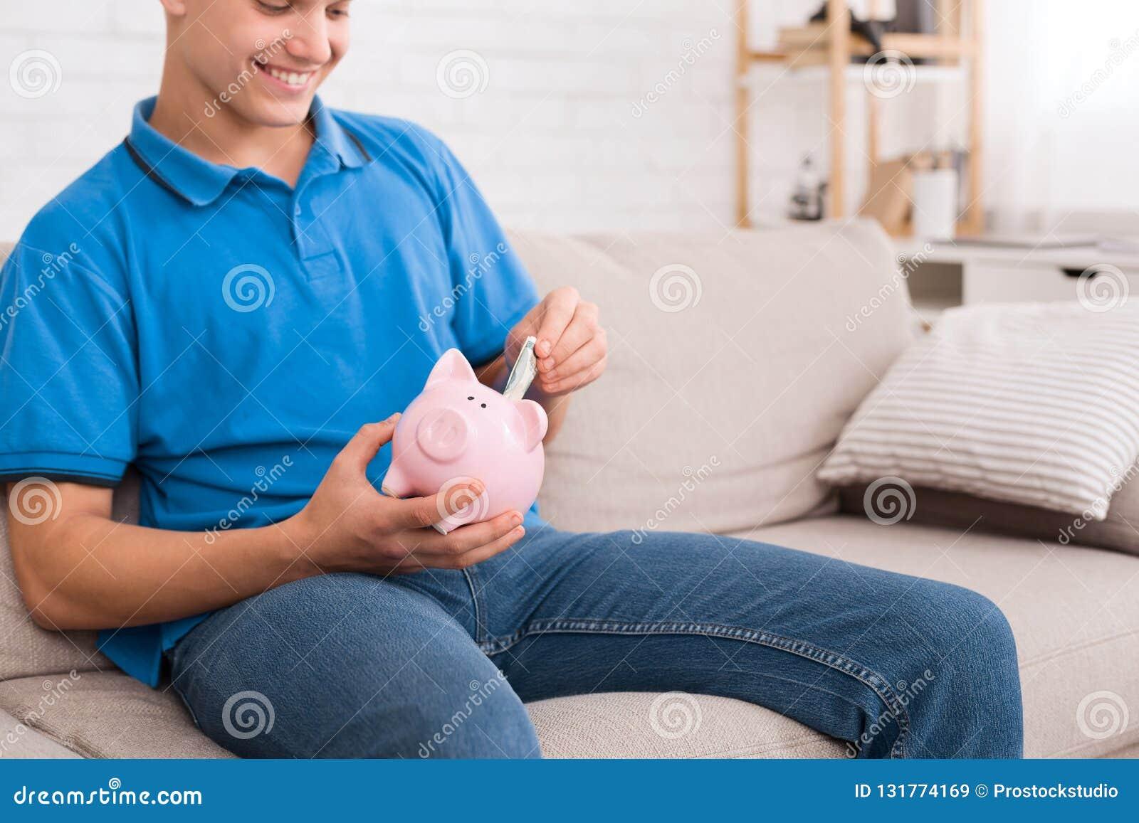 Dinero de ahorro del individuo adolescente con la hucha