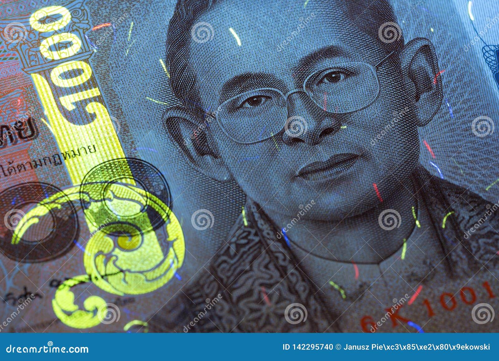 Dinero de Tailandia en rayos ULTRAVIOLETA