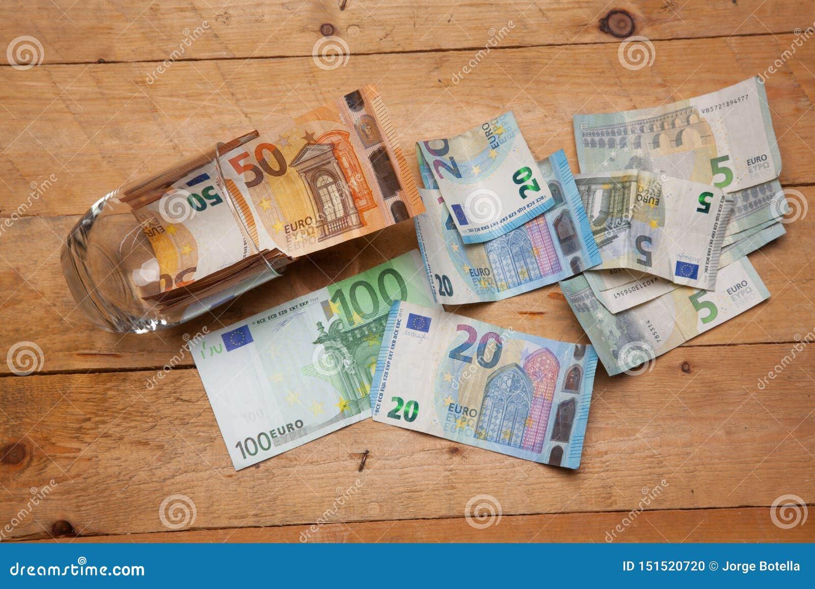 Dinero en billetes y monedas euro