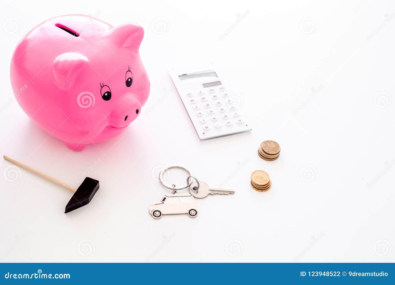 Dinero para el coche de la compra Moneybox en la forma del cerdo cerca del llavero en la forma del coche, monedas, calculadora en