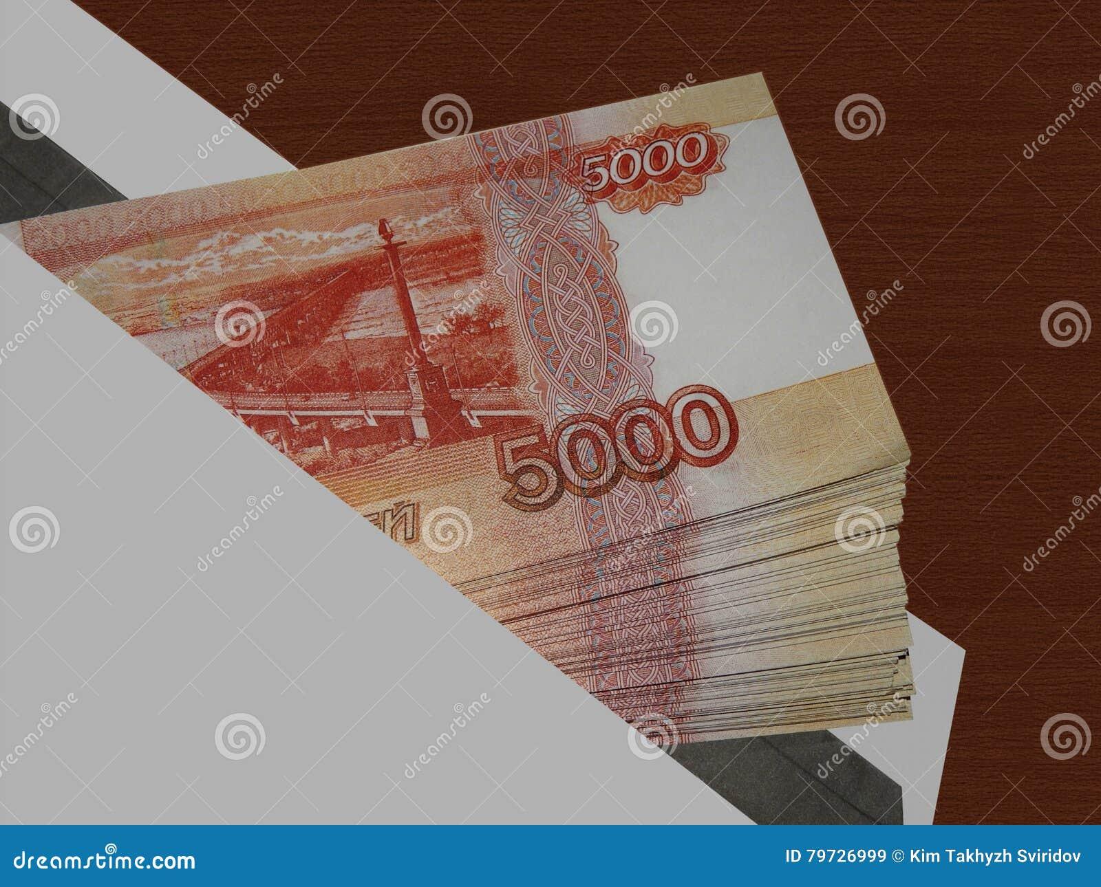 Dinero ruso en un sobre en la tabla