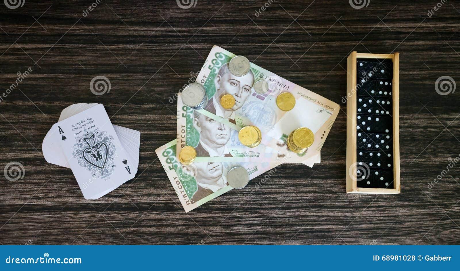 Dinero, tarjetas y dominós