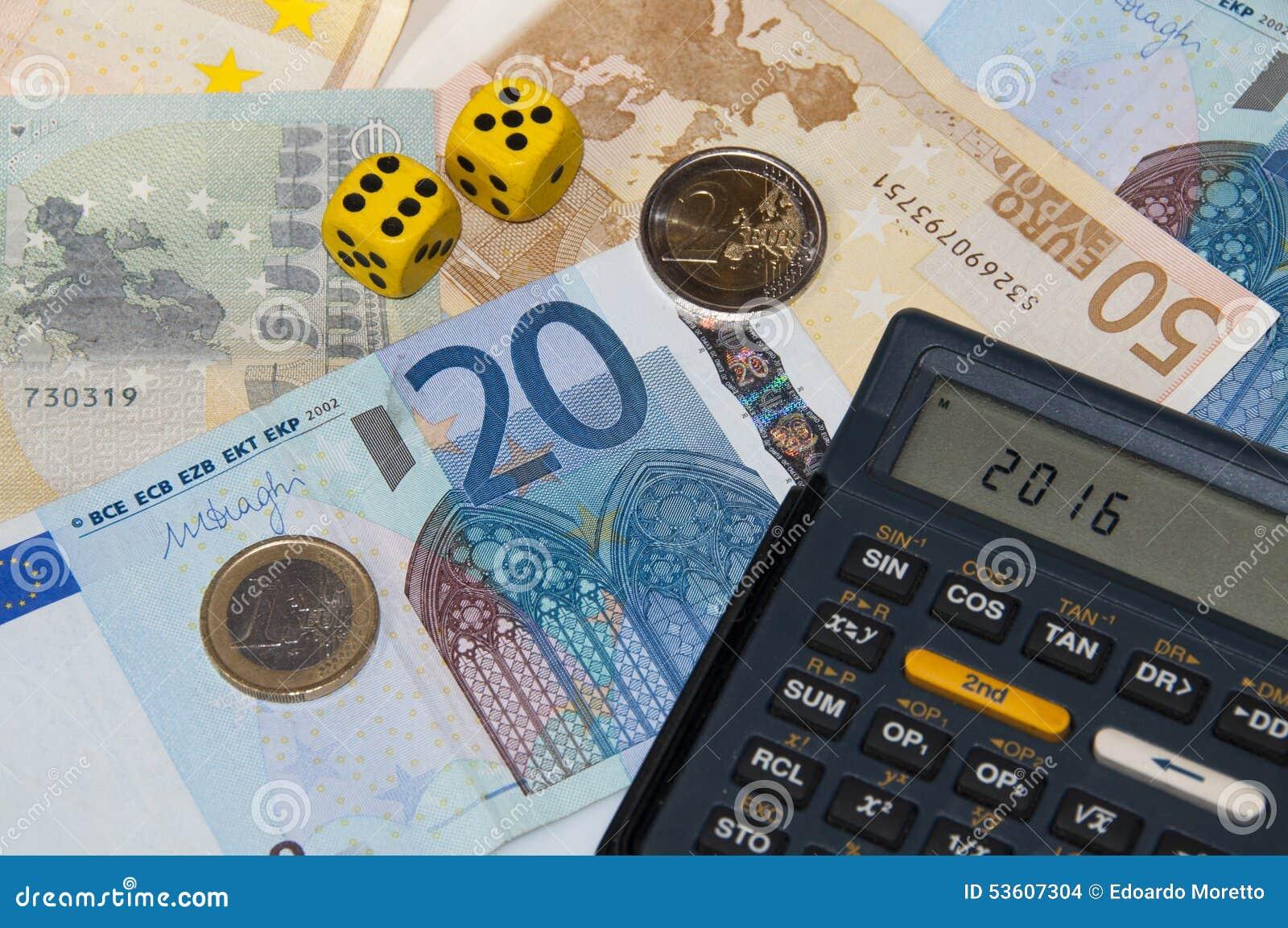 Dinero y calculadora y dados en el año 2016