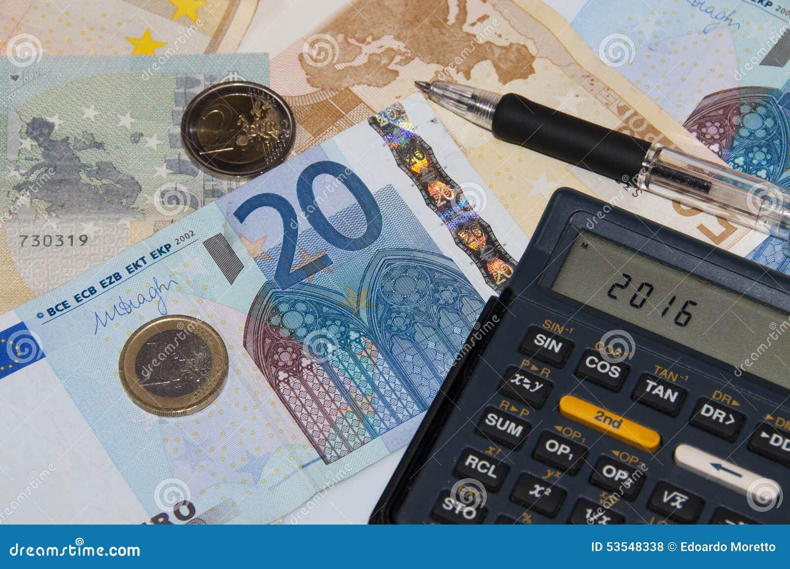 Dinero y calculadora y pluma en el año 2016