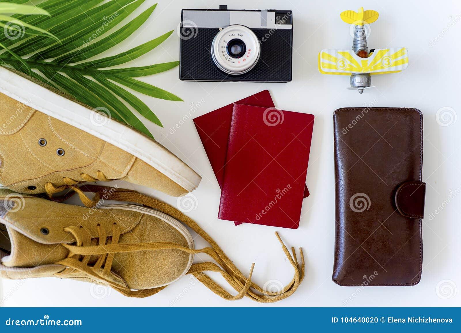Download Dingen voor het reizen stock foto. Afbeelding bestaande uit koffer - 104640020