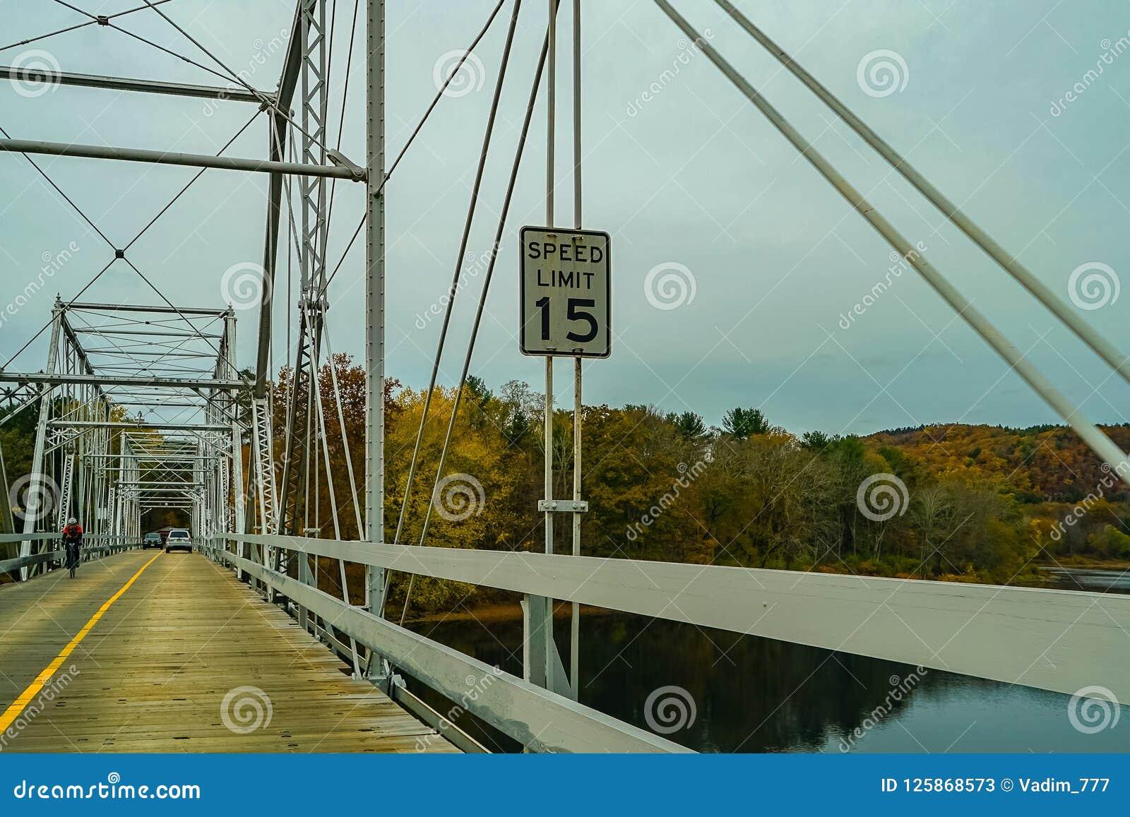 Dingmans färjabro över Delawaret River i de Poconos bergen som förbinder staterna av Pennsylvania och nytt - ärmlös tröja, USA