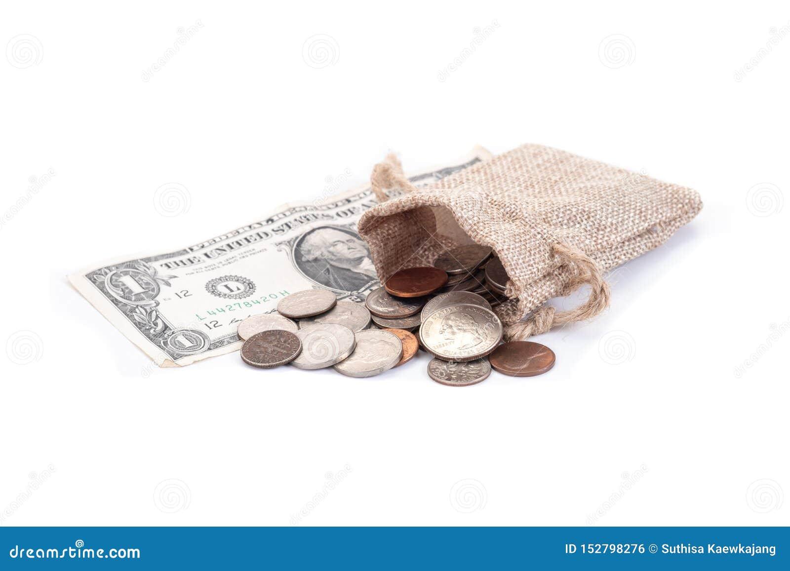 Dinheiro, cédulas dos dólares americanos, moeda de um centavo, níquel, moeda de dez centavos, quarto em um fundo branco