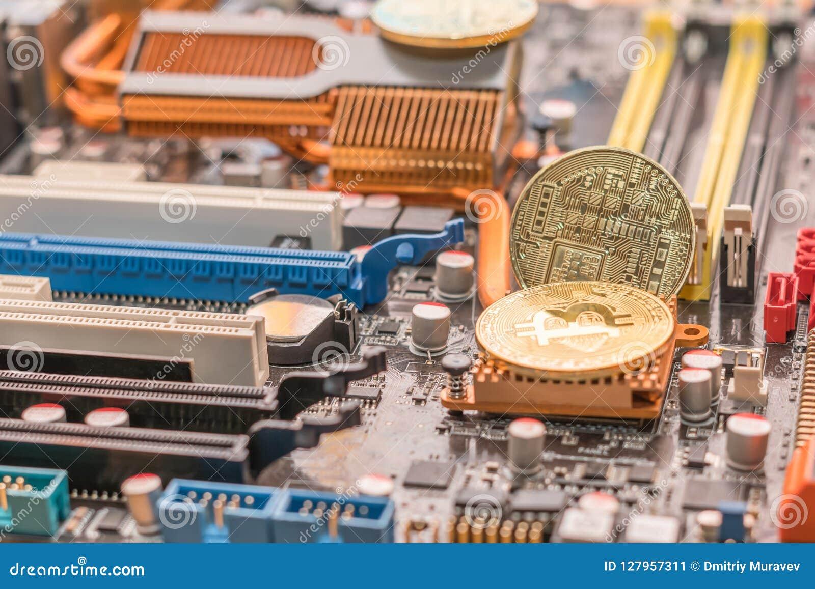 Dinheiro cripto do btc da mineração Bitcoin dois no radiador do mainboard do computador de secretária