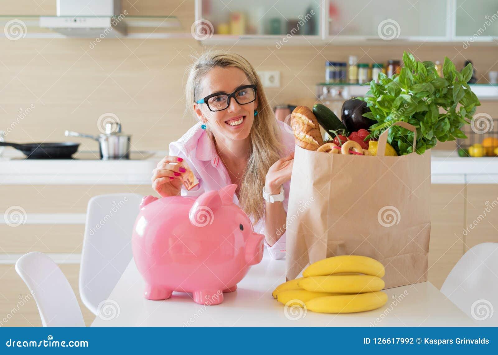 Dinheiro da economia da dona de casa pela compra de mantimentos esperta