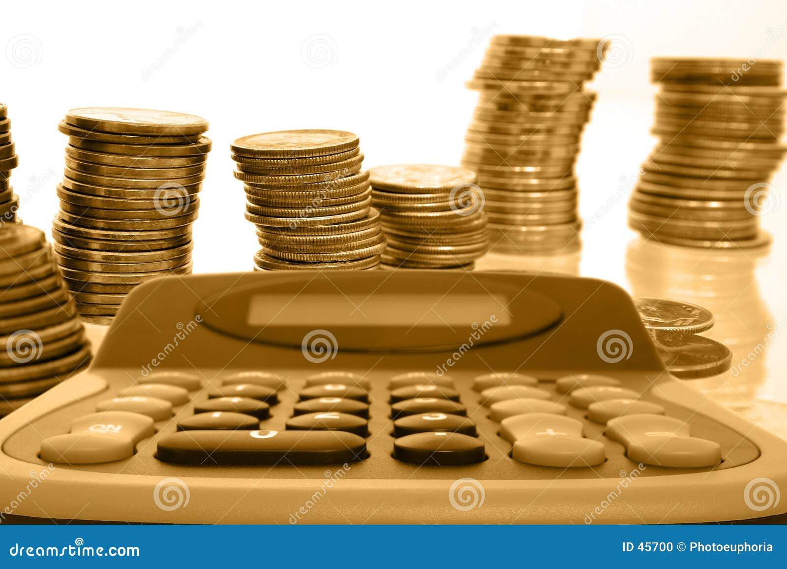Dinheiro da moeda nas pilhas com calculadora