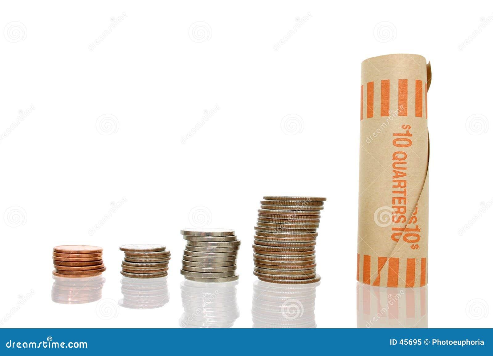 Dinheiro da moeda nas pilhas com envoltório