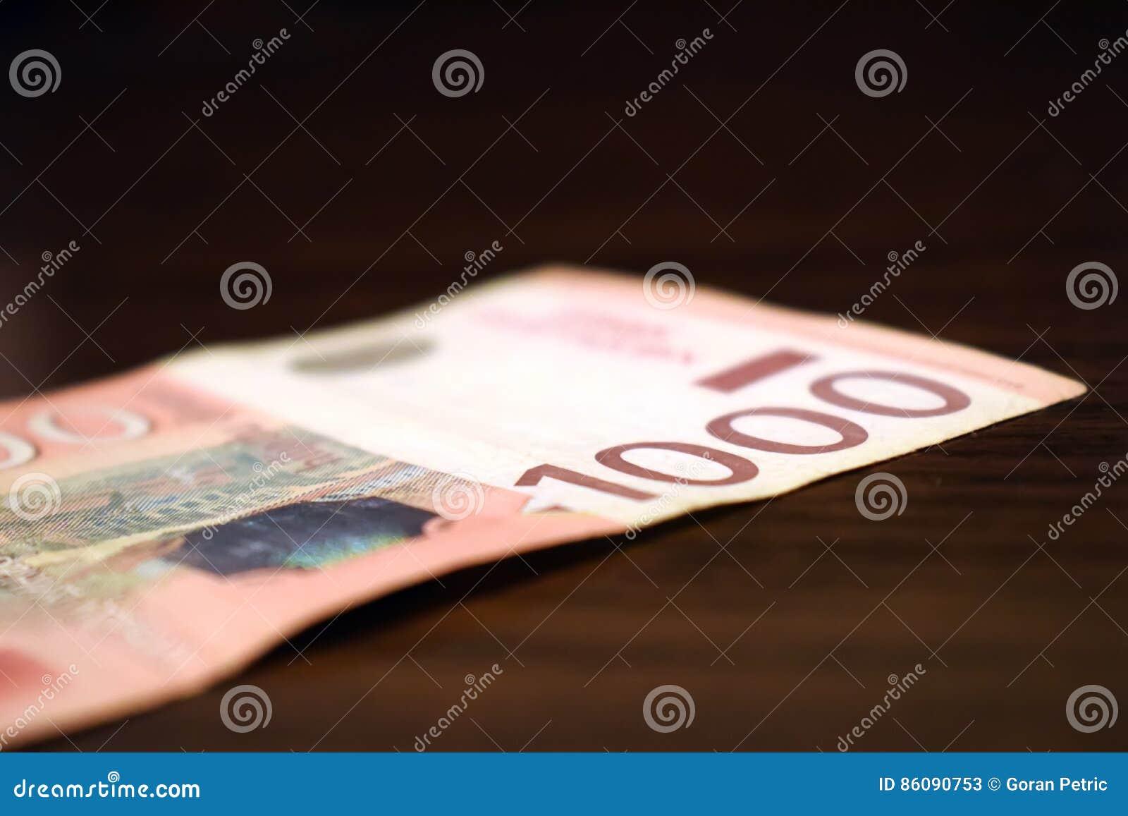 Dinheiro sérvio no papel, cédula 1000 dinares de valor