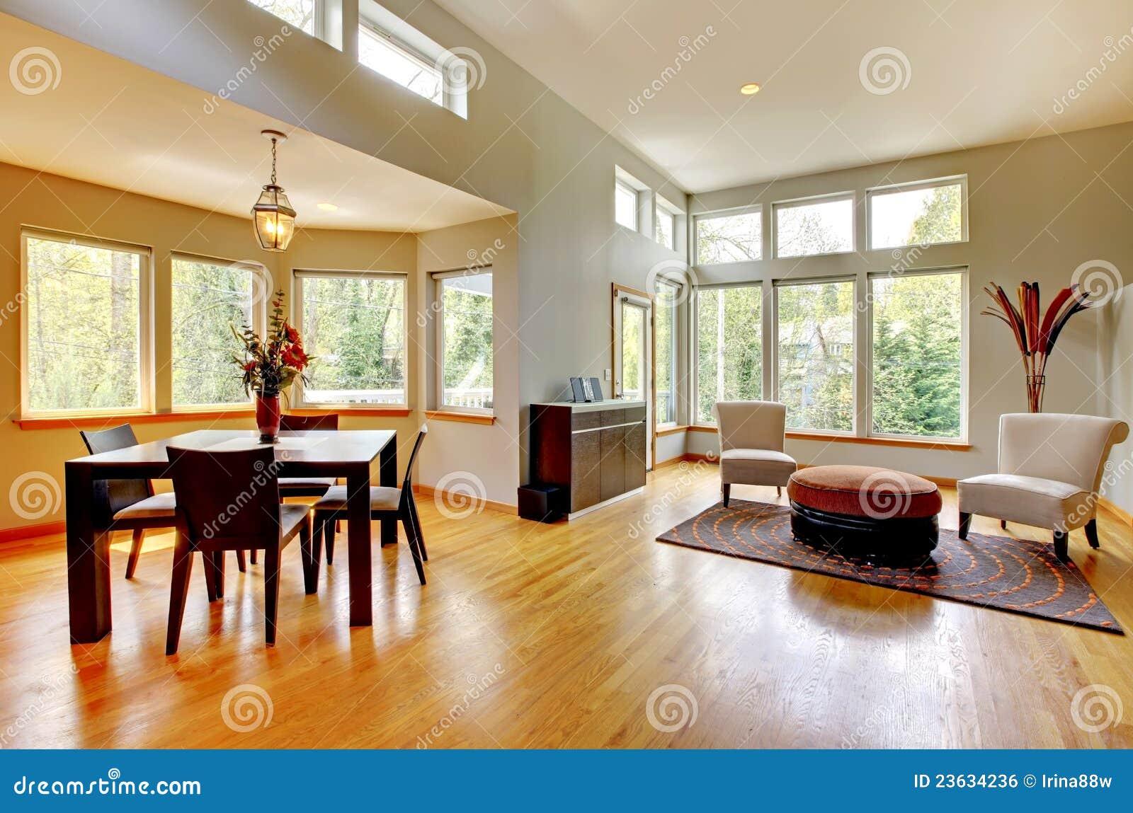 Dinig Raum In Einem Modernen Haus Mit Vielen Fenstern. Stockfoto ...