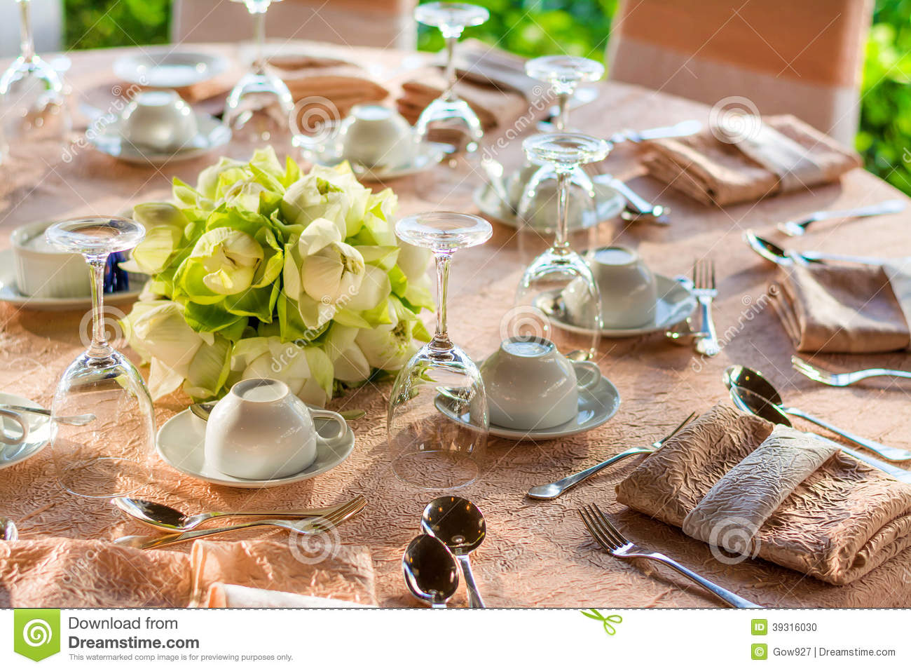 Dining table preparation in a luxury restaurant stock - La redoute table cuisine ...