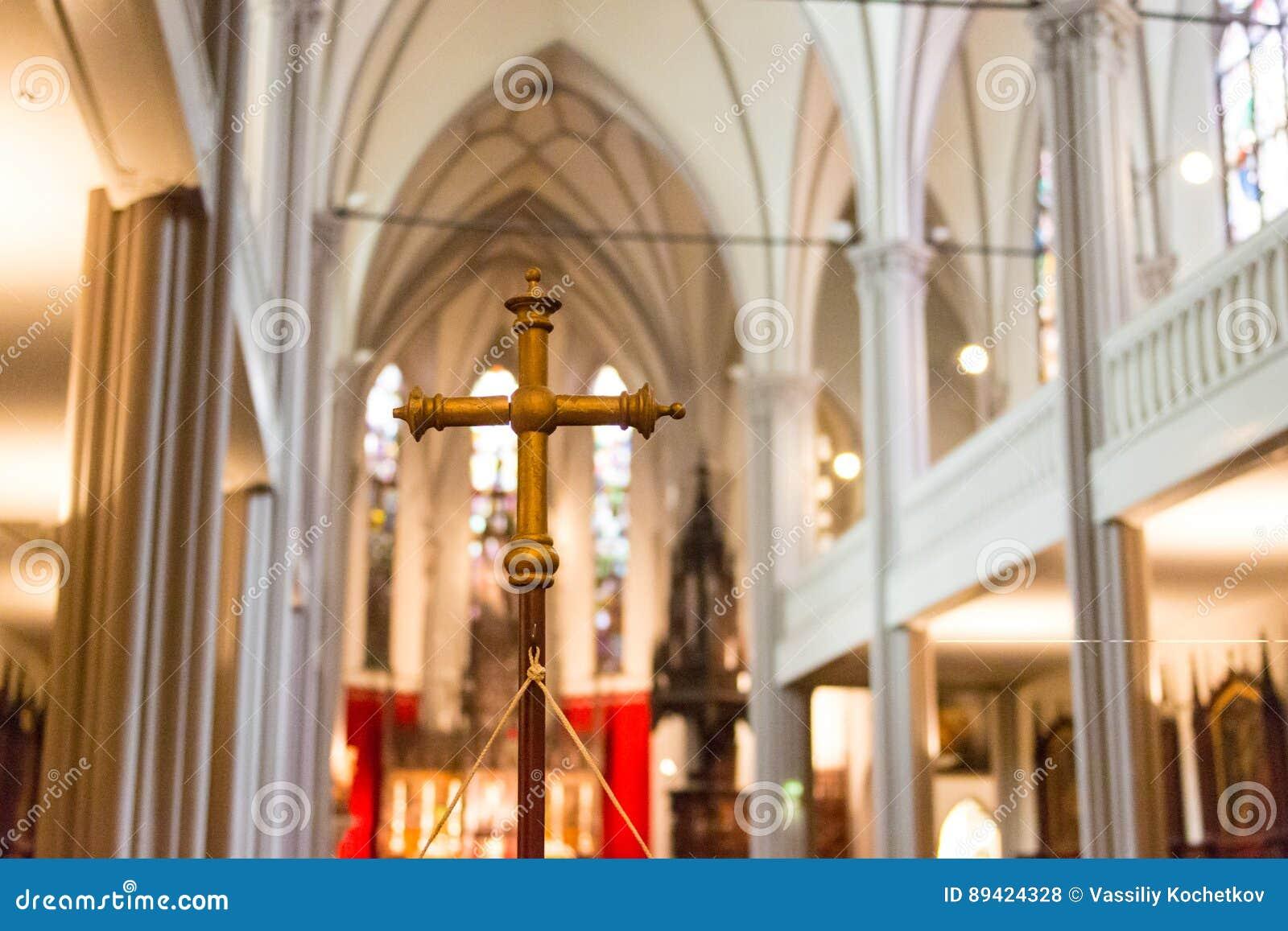 DINKELSBUHL, ALEMANHA - 2 DE OUTUBRO DE 2016: O interior da igreja de St George em Dinkelsbuhl, Baviera É a