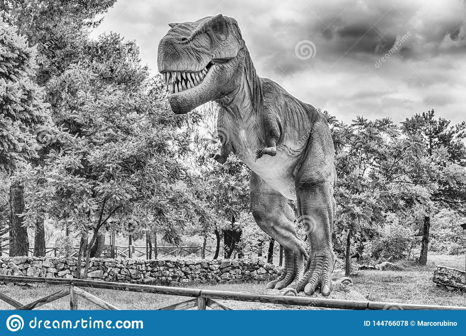 Dinosaurio de Rex del tiranosaurio dentro de un parque de Dino en Italia meridional