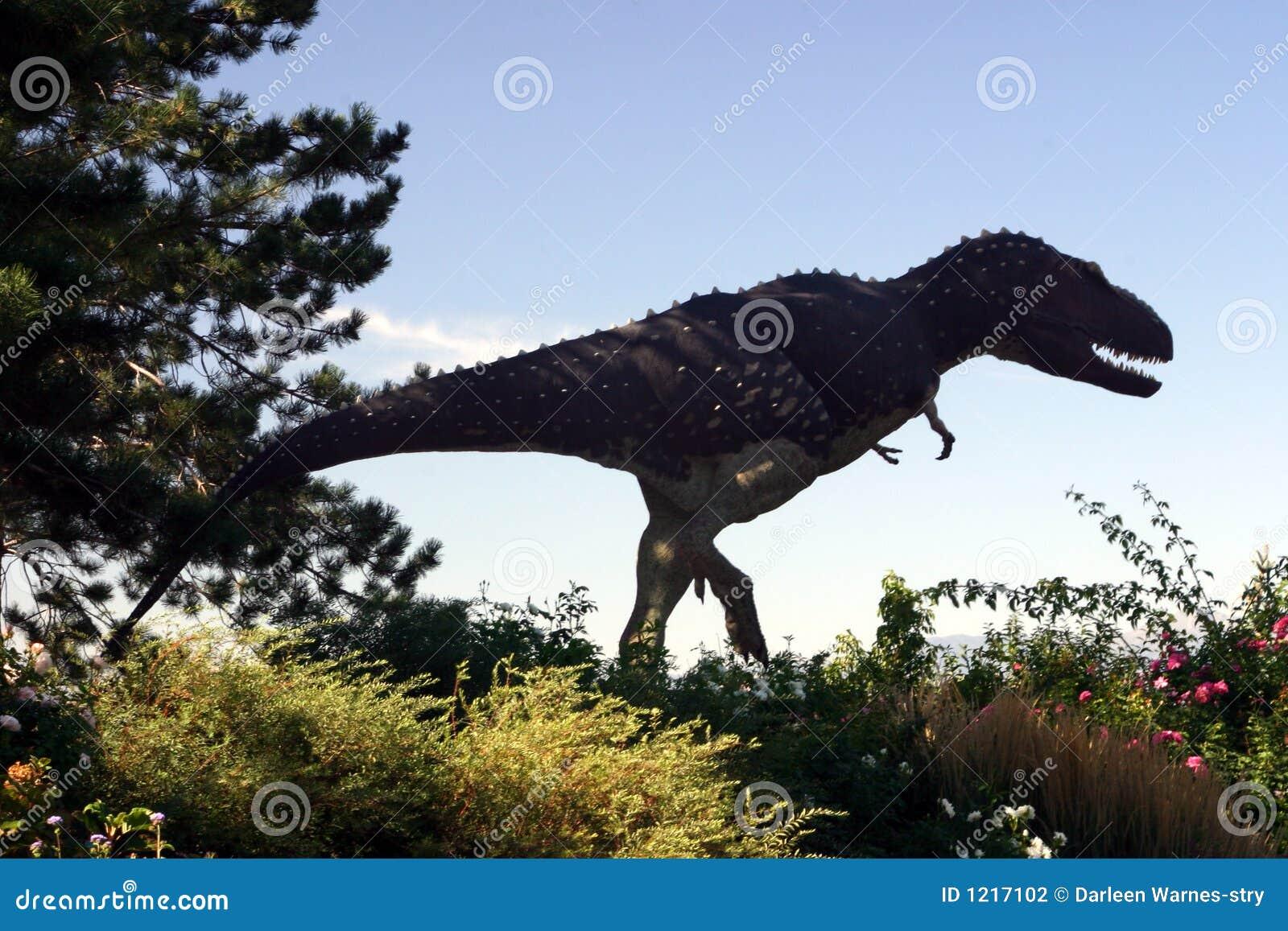 Dinosaurio en el jardín