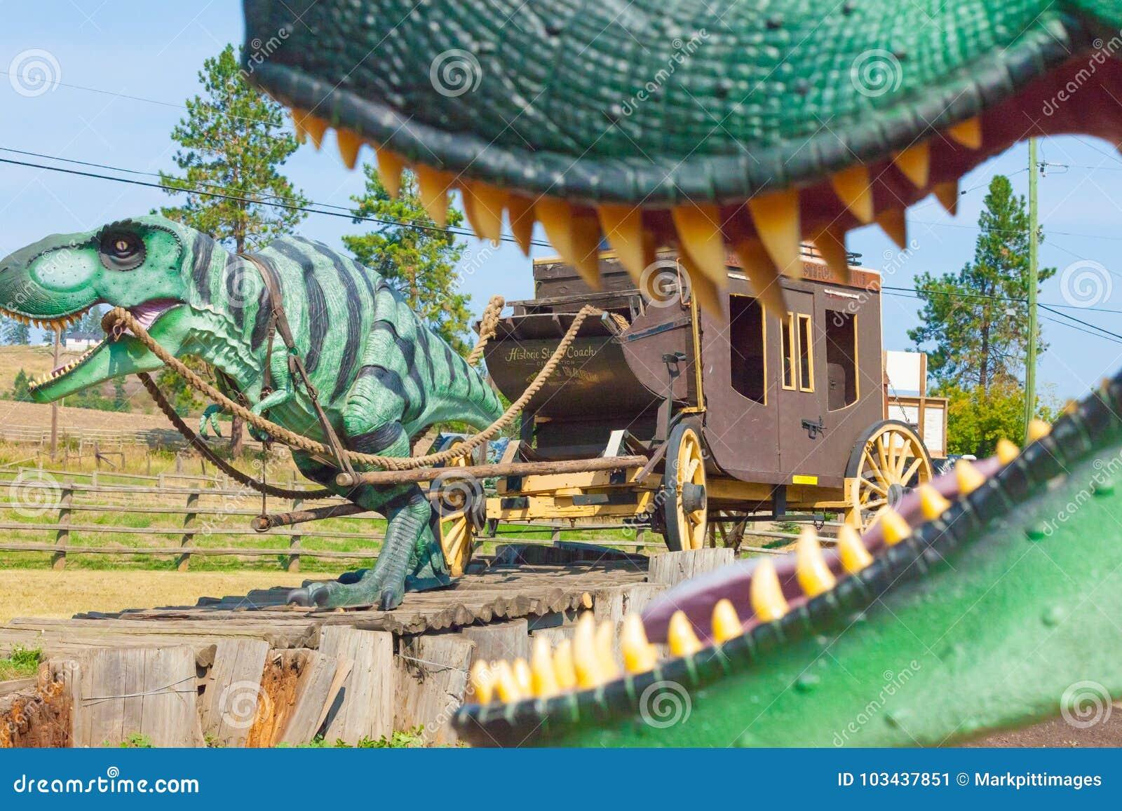 Dinosaurios en la atracción 1912 del borde de la carretera de la vuelta del granero del registro