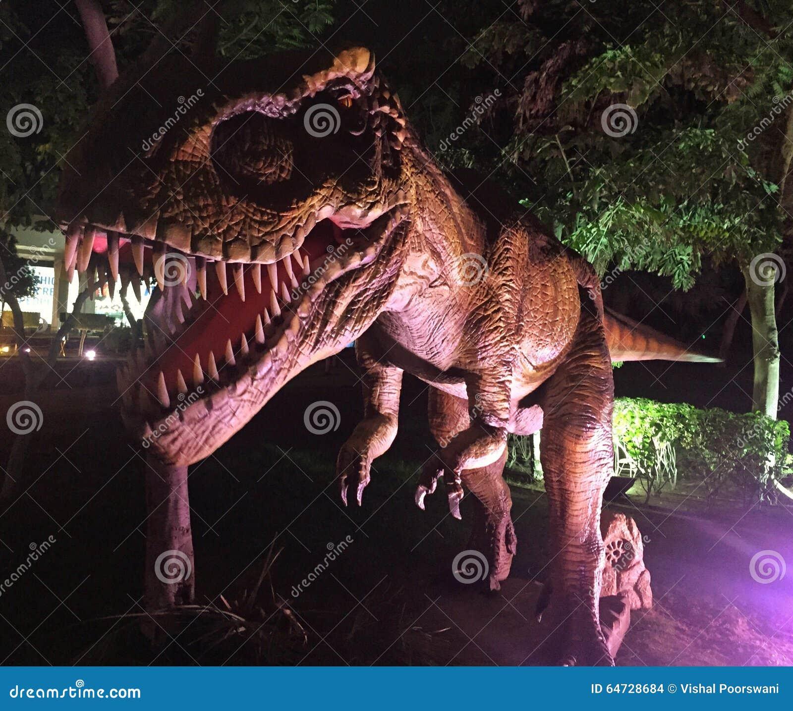 Dinosauro feroce al parco