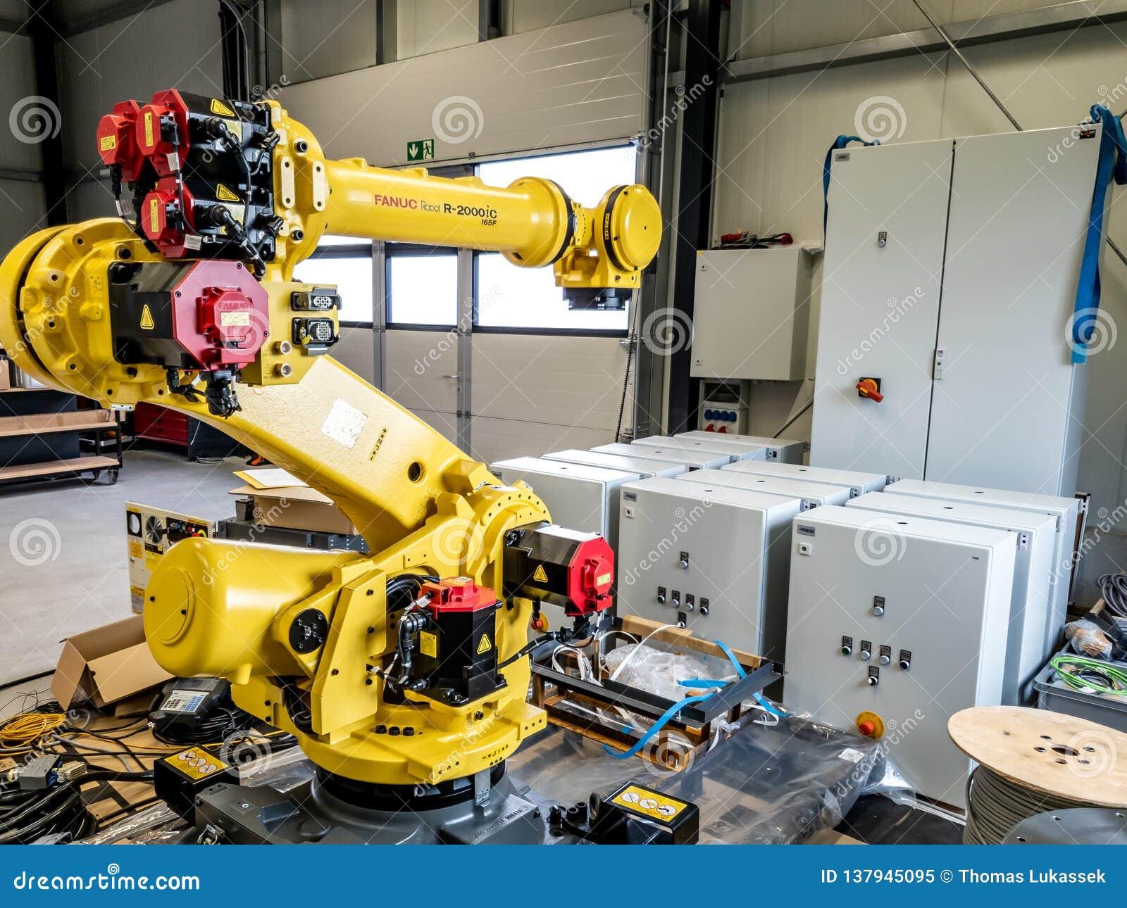 Dinslaken, Германия - 19-ое сентября 2018: Совершенно новый робот промышленной автоматизации получая готов для продукции