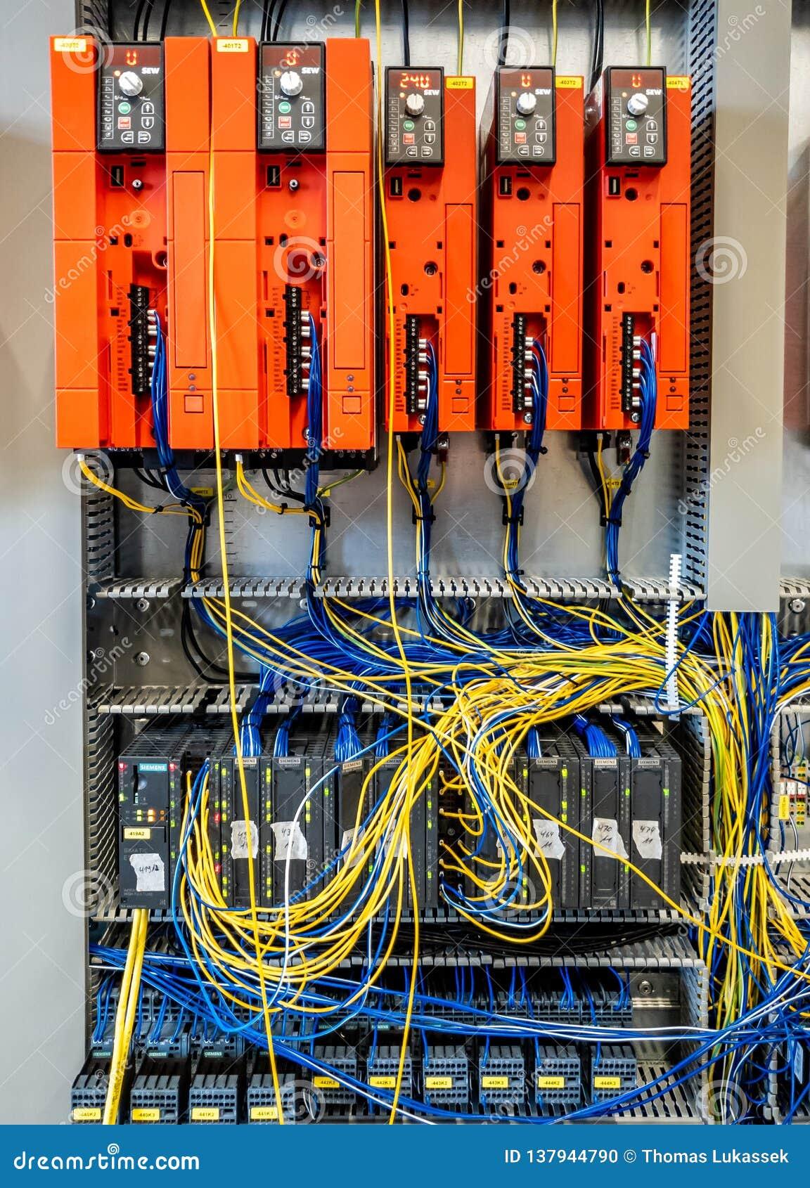 Dinslaken, Alemanha - 19 de setembro de 2018: COSTURAR o controlador de Freuqency e o plc está preparando-se para a produção