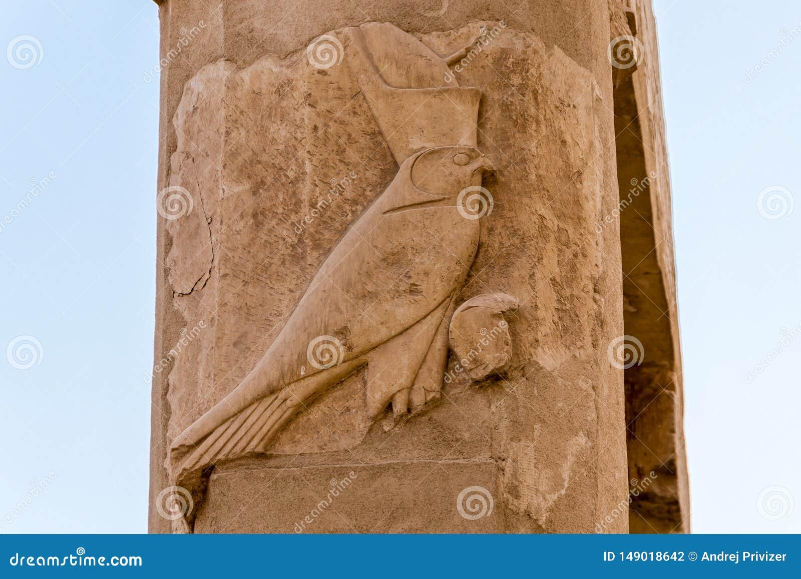 Dios Horus en la columna en el gran templo de la reina Hatshepsut en Luxor, Egipto
