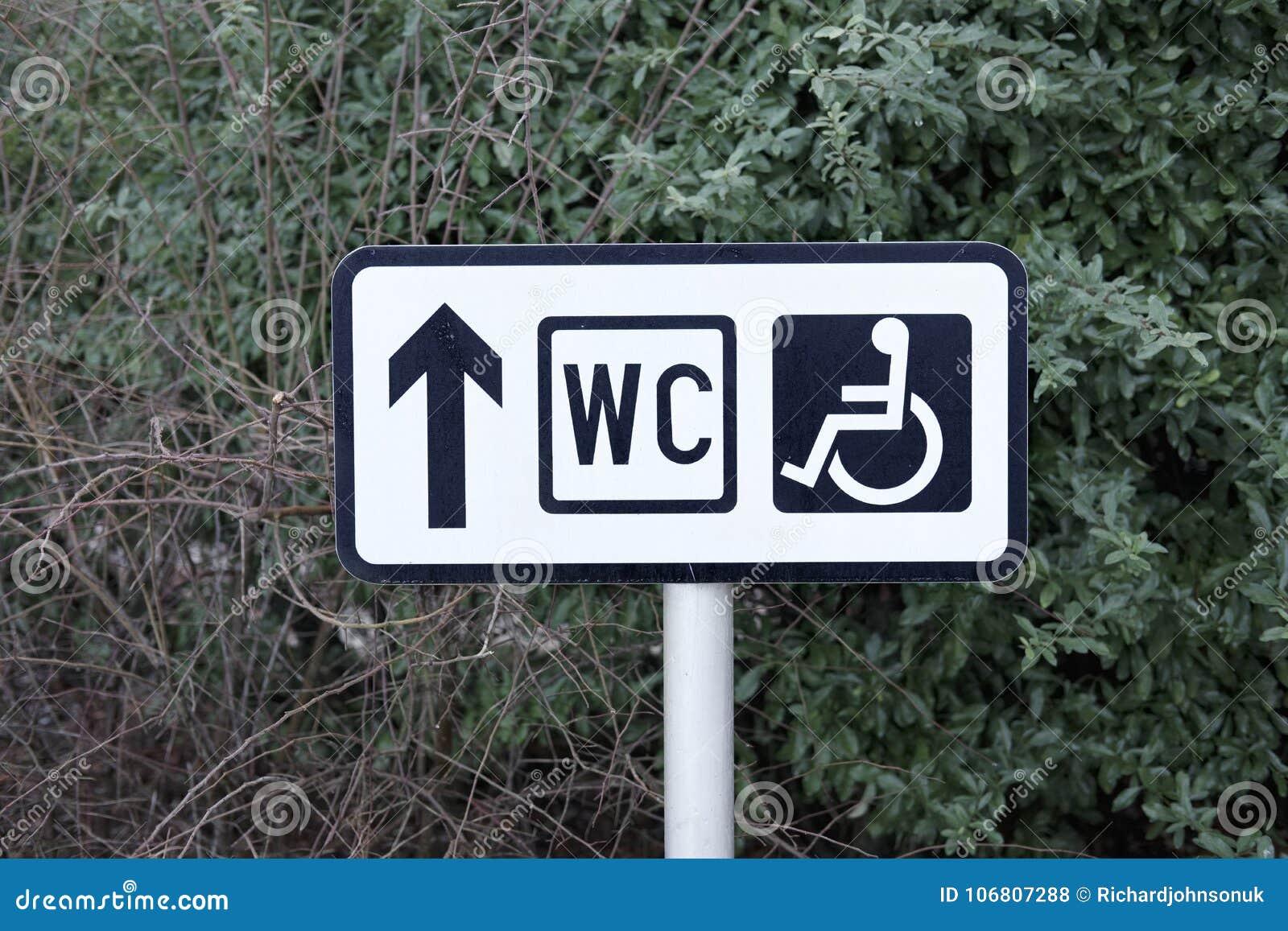 Dirección discapacitada de la flecha de los posts de muestra del retrete del WC del público