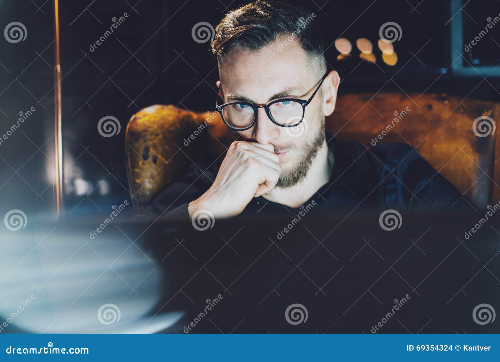 Directeur barbu travaillant le bureau moderne de grenier Équipez