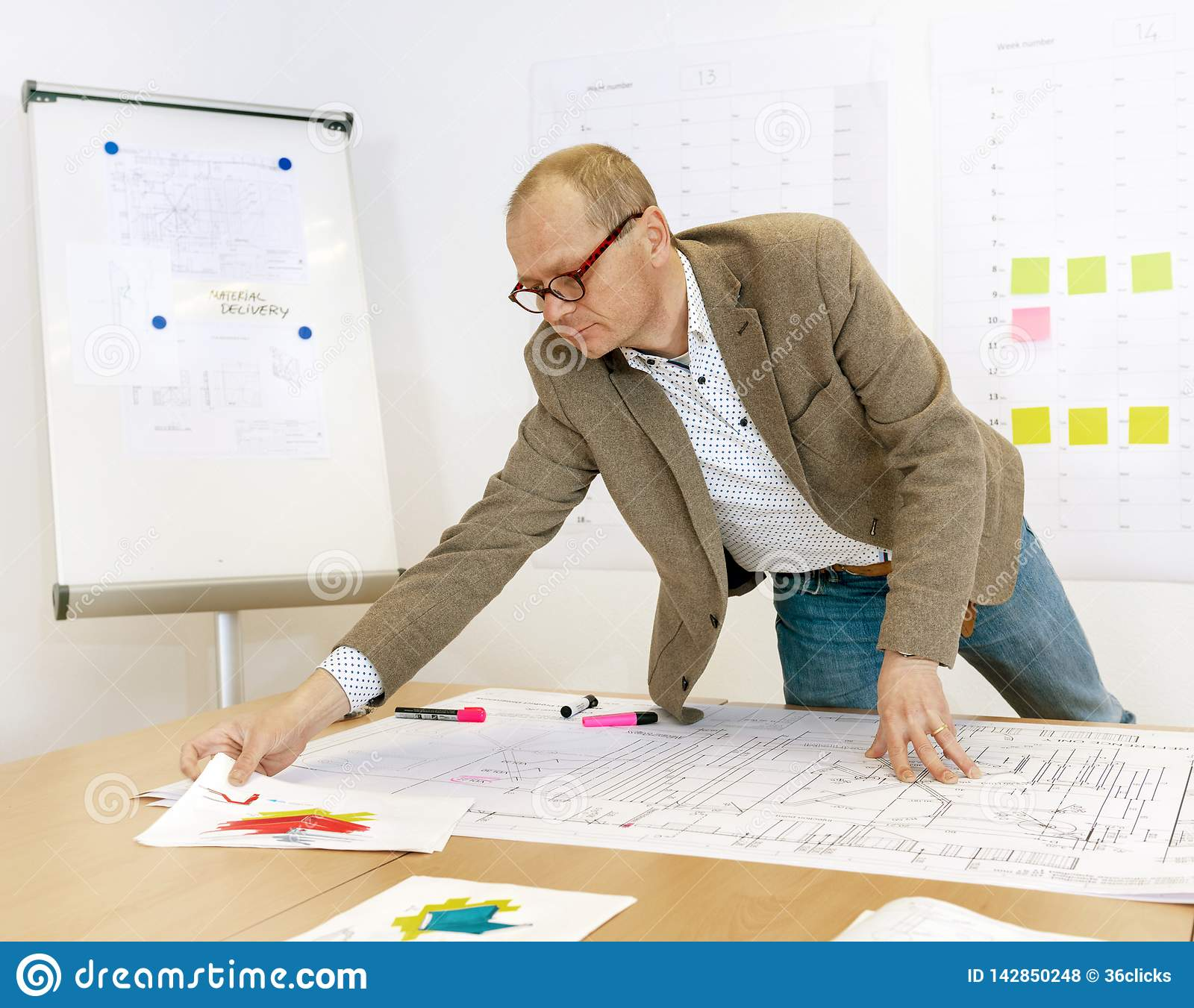 Directeur Checking Technical Drawings