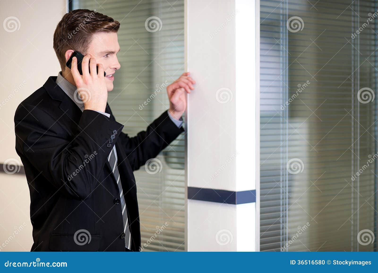 Directeur communiquant avec le client