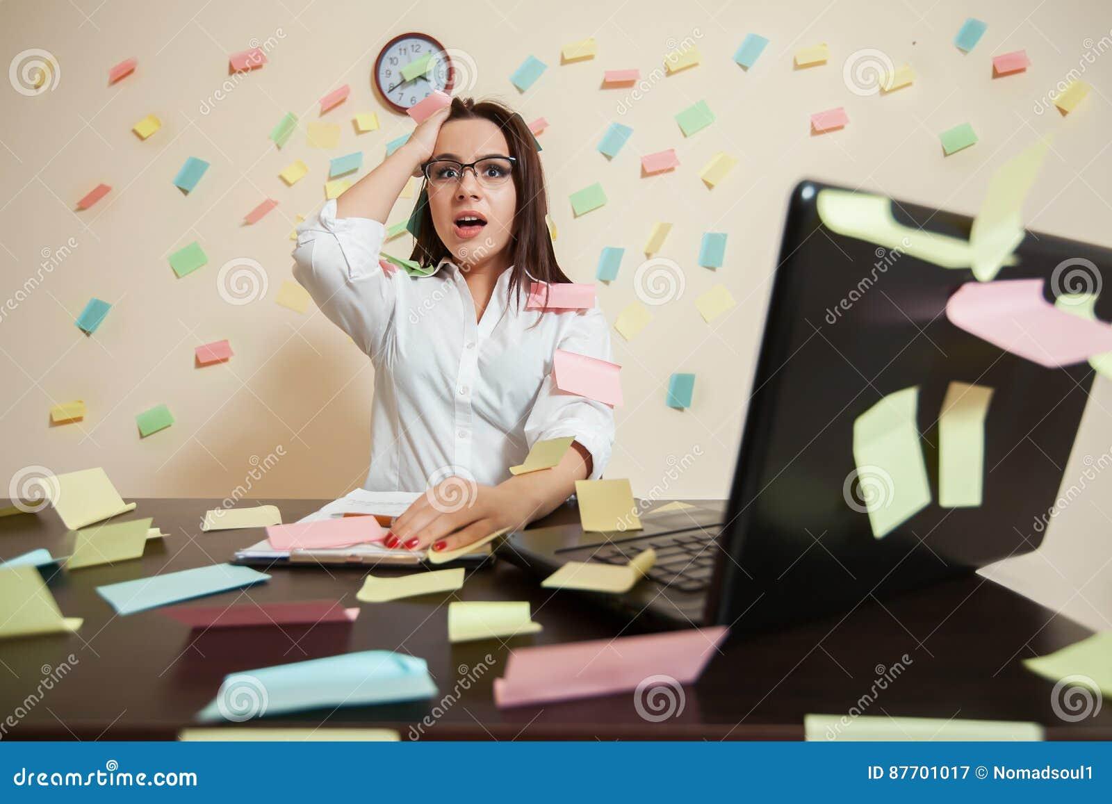 Directeur féminin étonné de comptable sur le lieu de travail