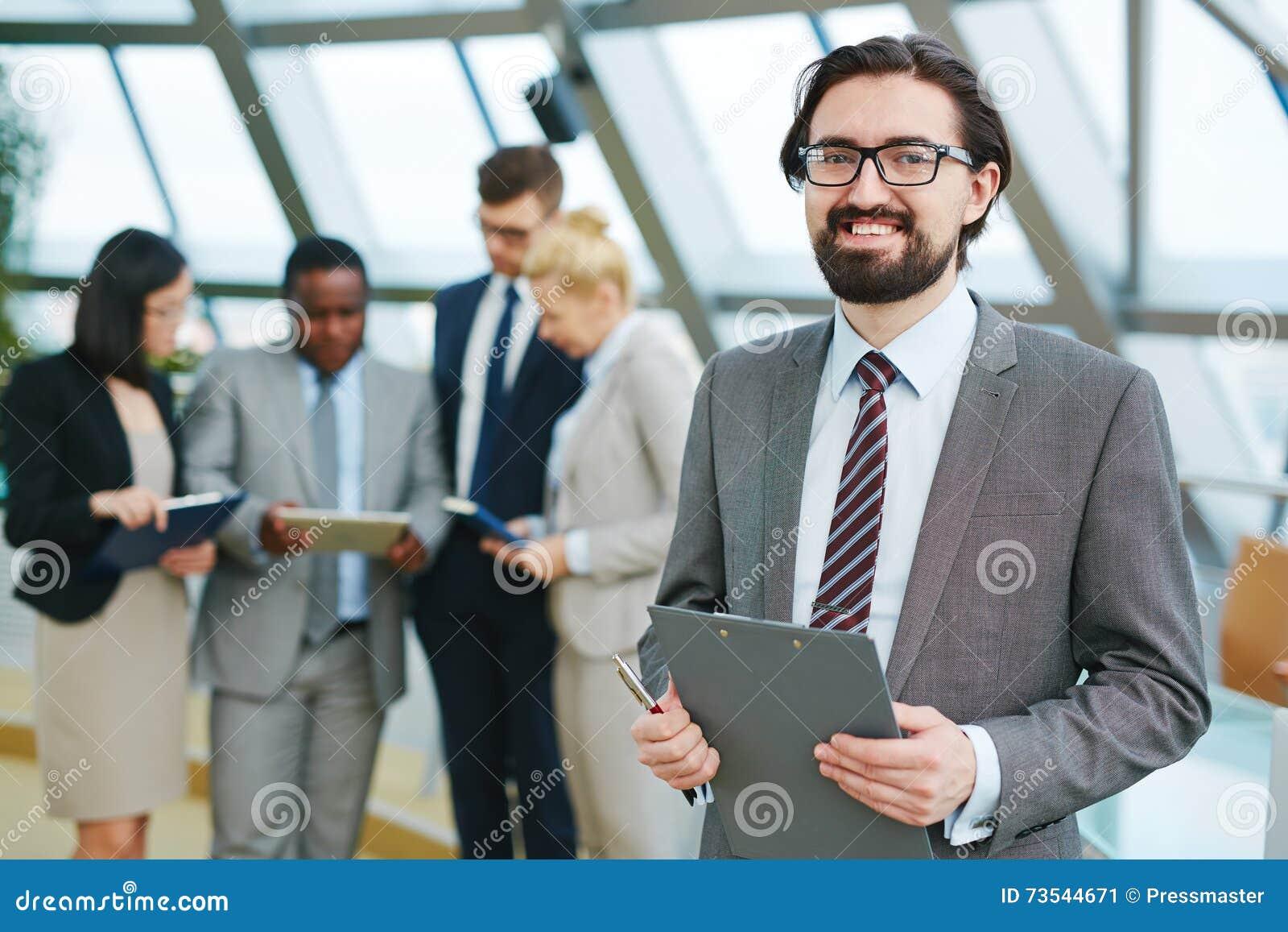 Directeur heureux au briefing
