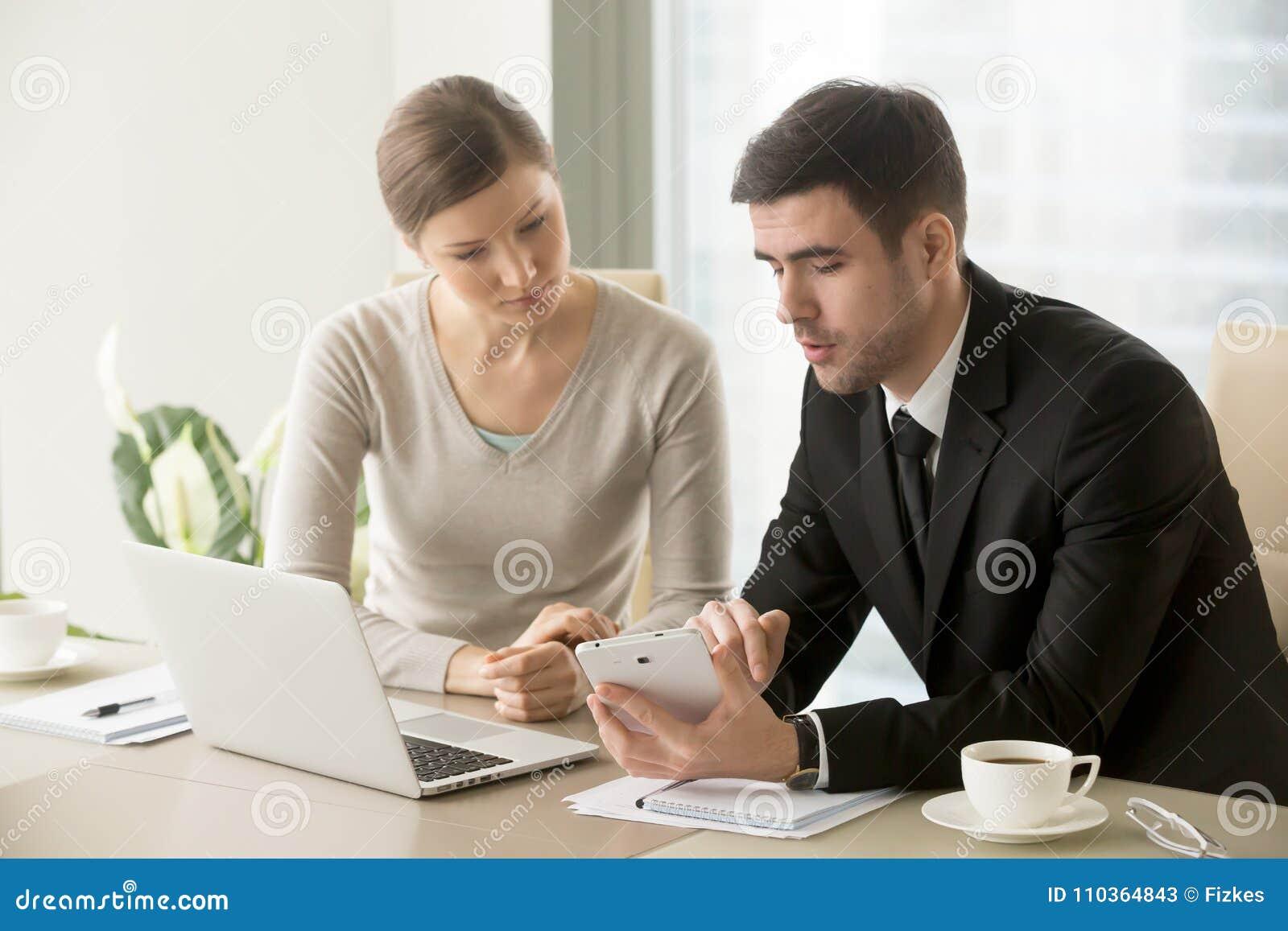 Directeur masculin expliquant des tâches à l employé féminin