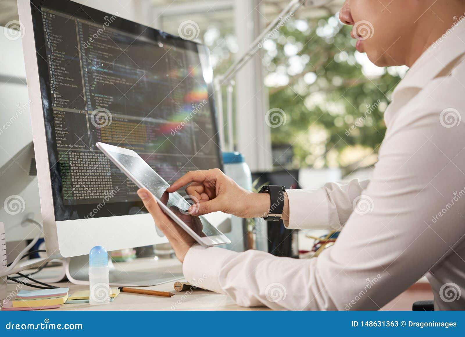 Directeur travaillant en ligne sur le PC de comprim?