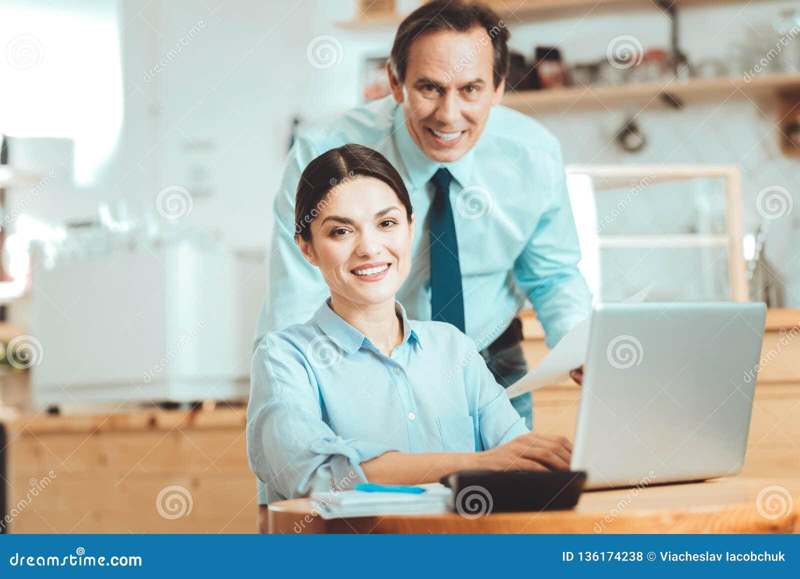 Directeurs assidus recevant des commandes d Internet