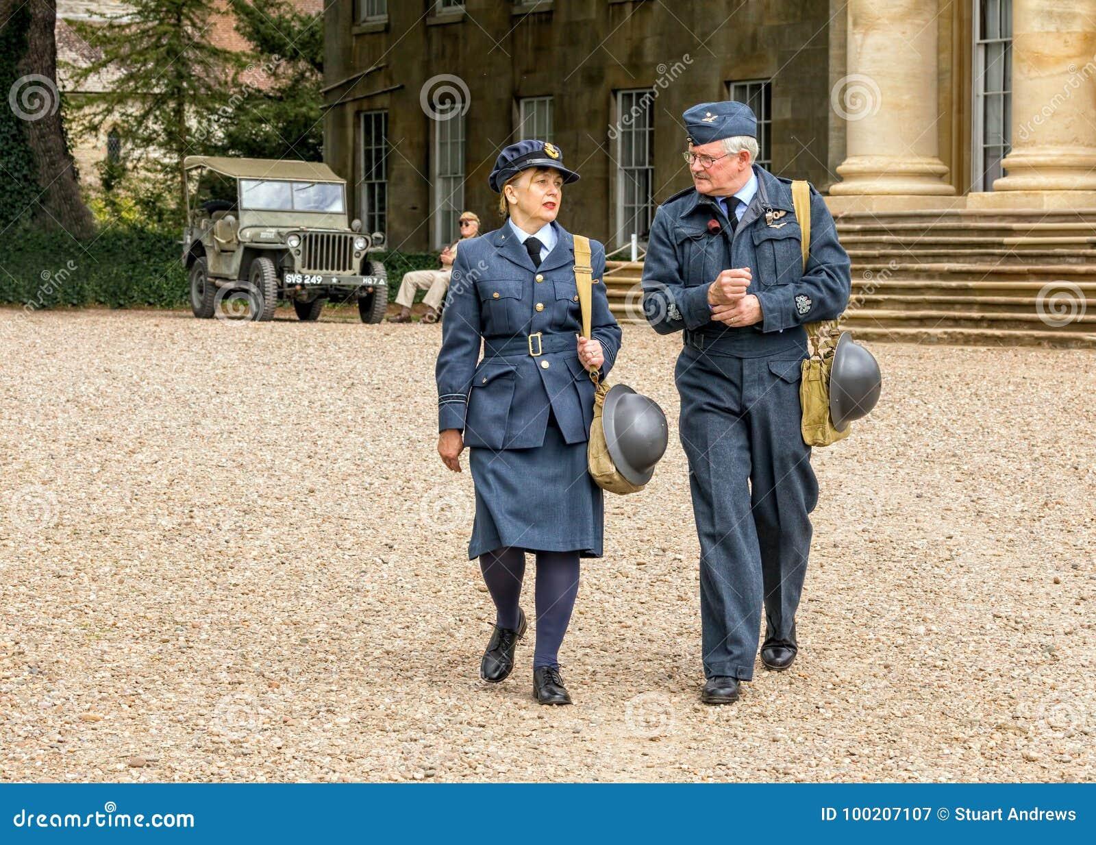 Dirigeant de WAAF avec RAF Warrant Officer de WW2