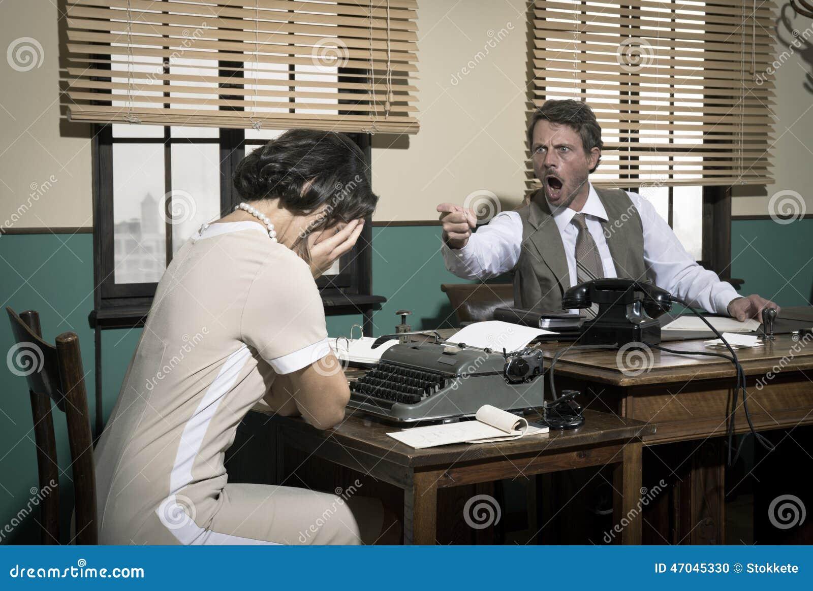 dirigez l 39 argumentation avec le jeune secr taire dans le bureau photo stock image 47045330. Black Bedroom Furniture Sets. Home Design Ideas