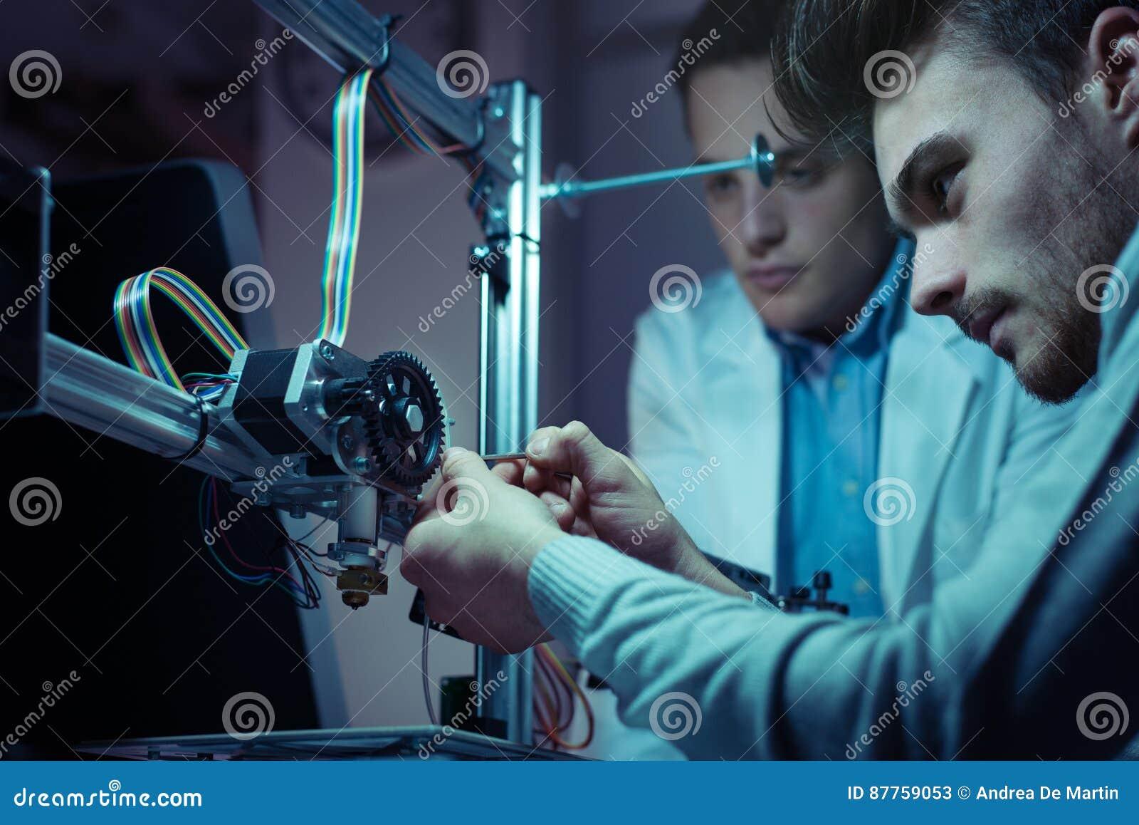 Dirigir al equipo que trabaja en una impresora 3D