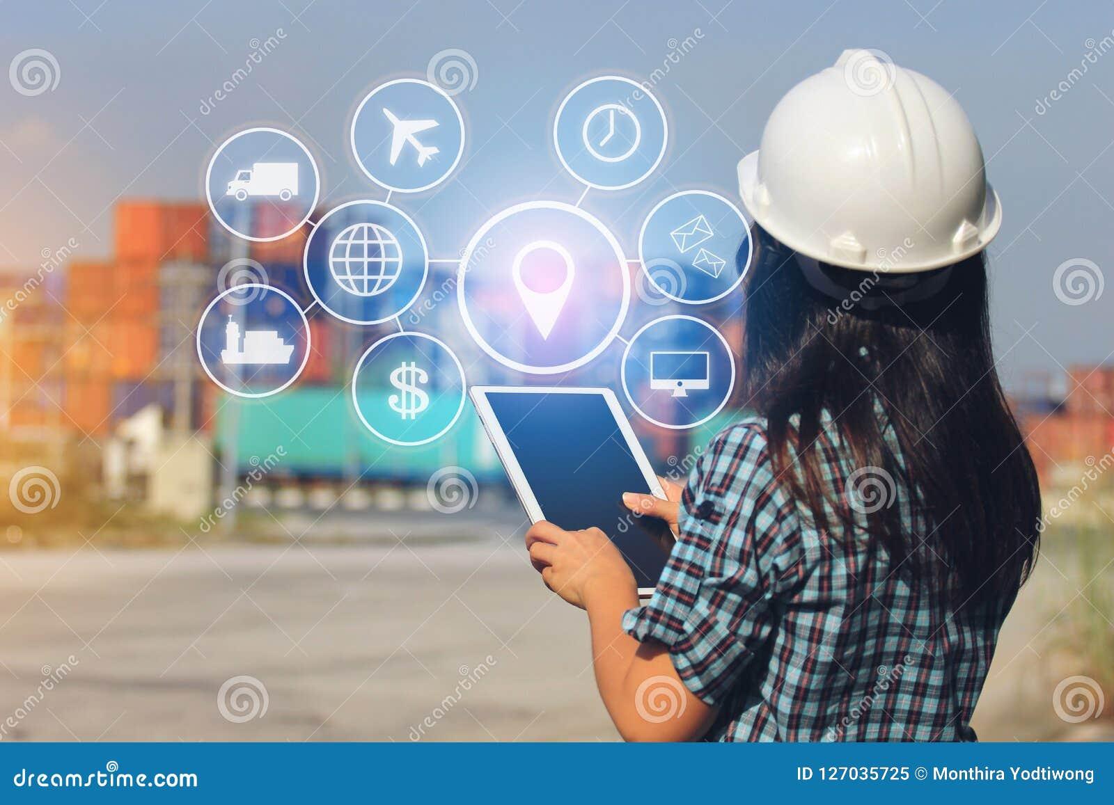Dirija la mano que sostiene la tableta digital con el holograma en el cont delantero