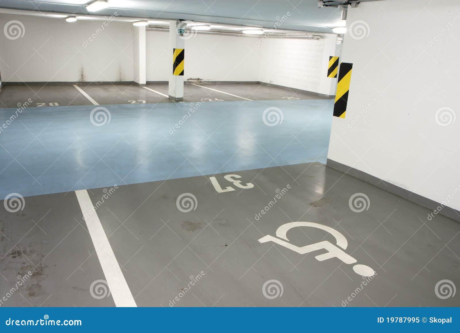 Disabled parkera bilen i garage persontunnelbanan