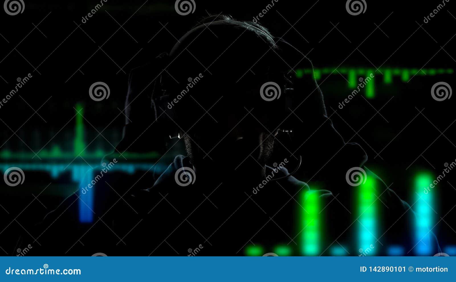 Disc-jockey dans des écouteurs jouant et mélangeant la musique sur le fond d effets d égaliseur