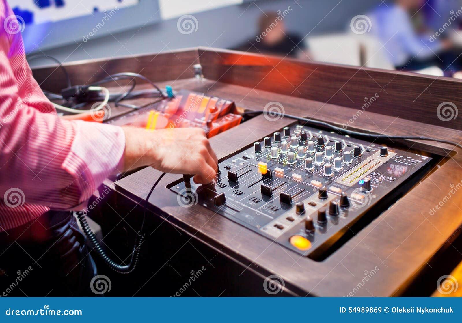 Discjockey som blandar musik på konsolen på nattklubben