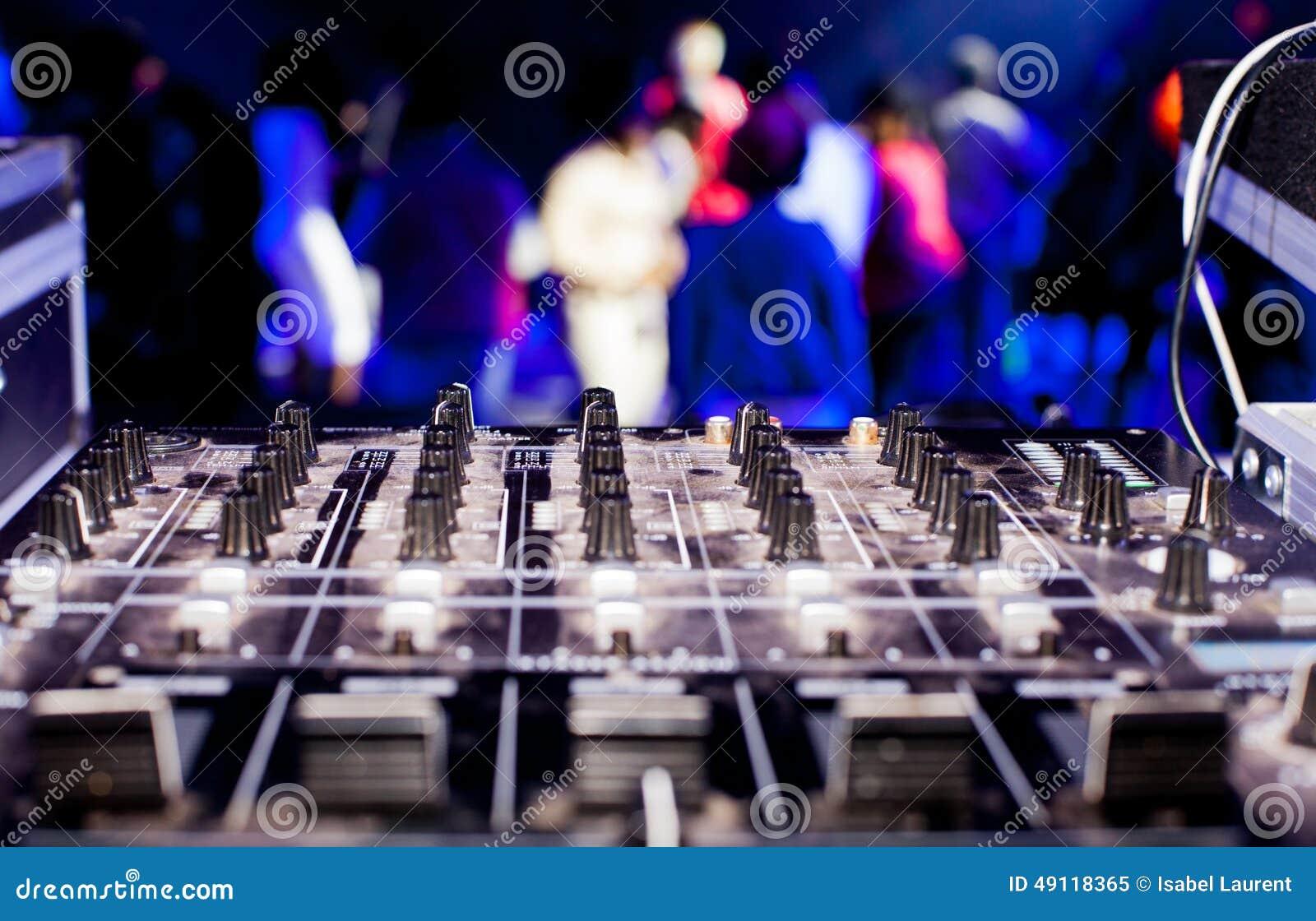 Discjockeyblandareask och partifolkmassa