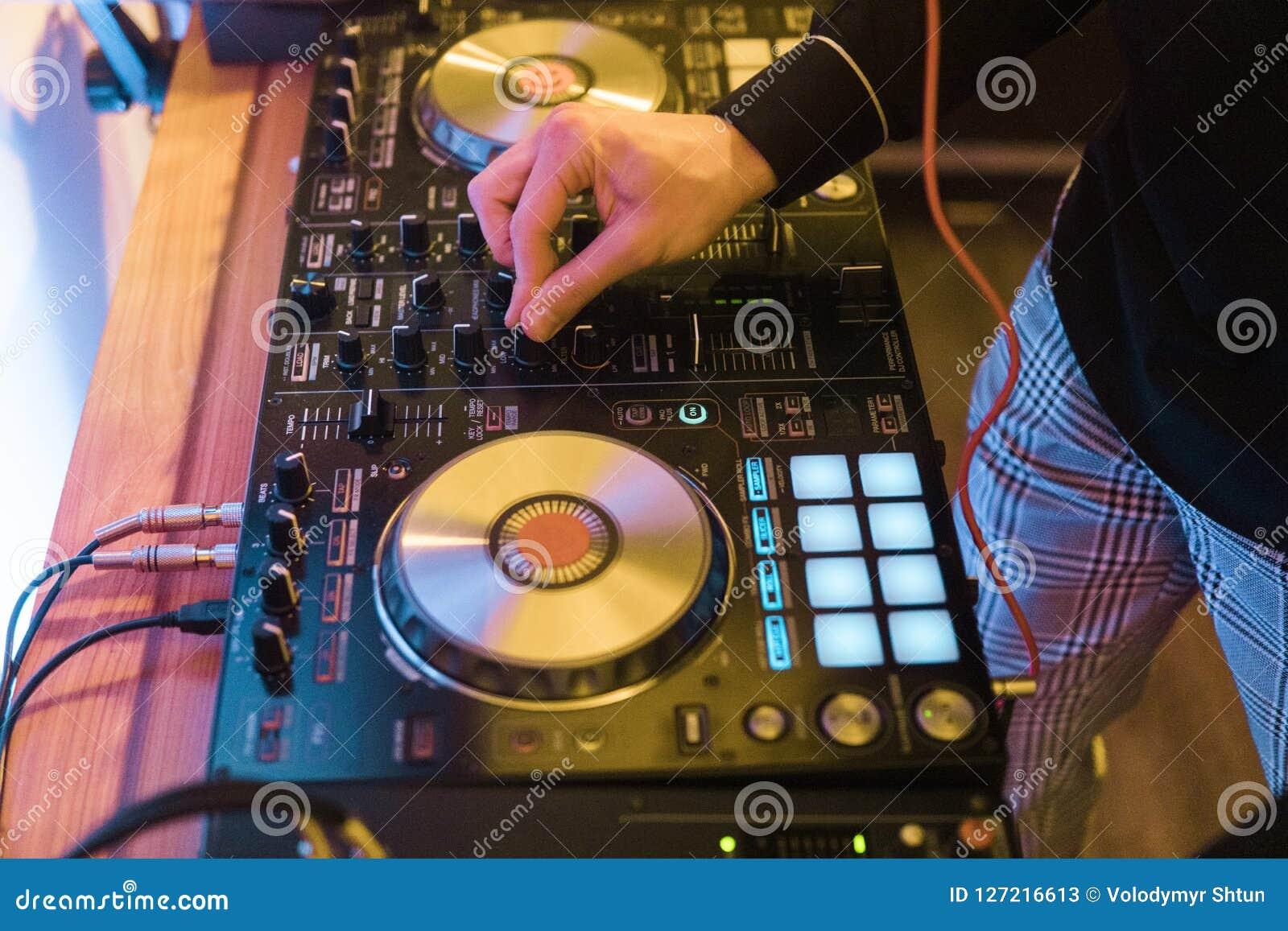 Discjockeylekar och blandningmusik på digital blandarekontrollant Kontrollant för närbilddiscjockeykapacitet, digitalt midi skivt
