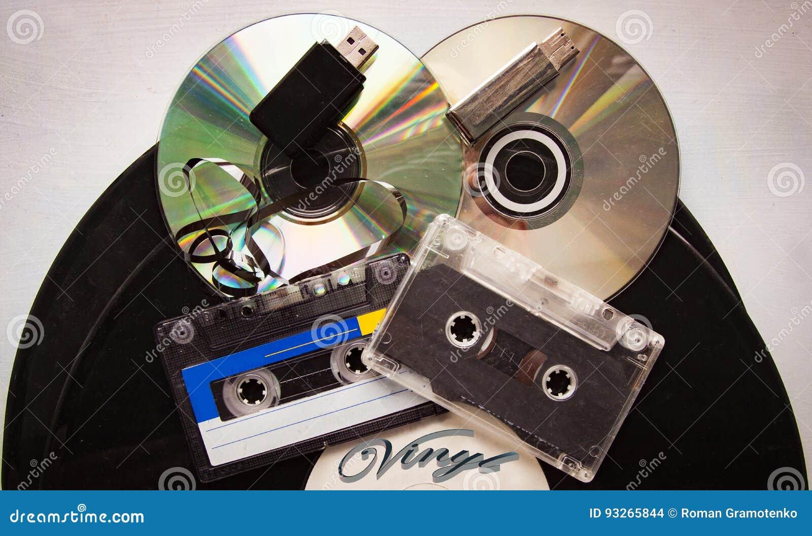 Disco de vinilo del casete, cinta de audio análoga y disco del CD