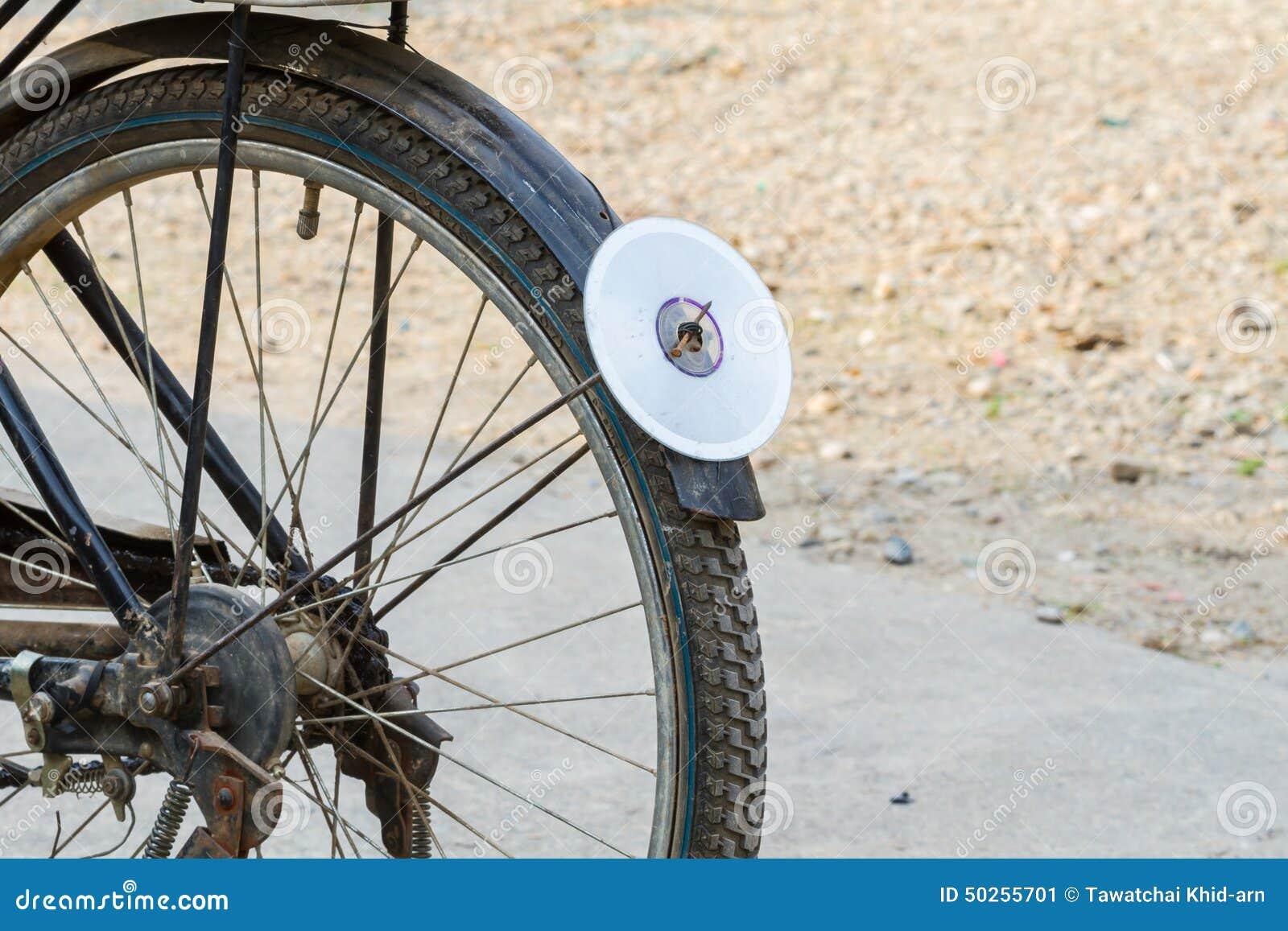 Disco del CD sul parafango posteriore della bicicletta, usato come riflettore