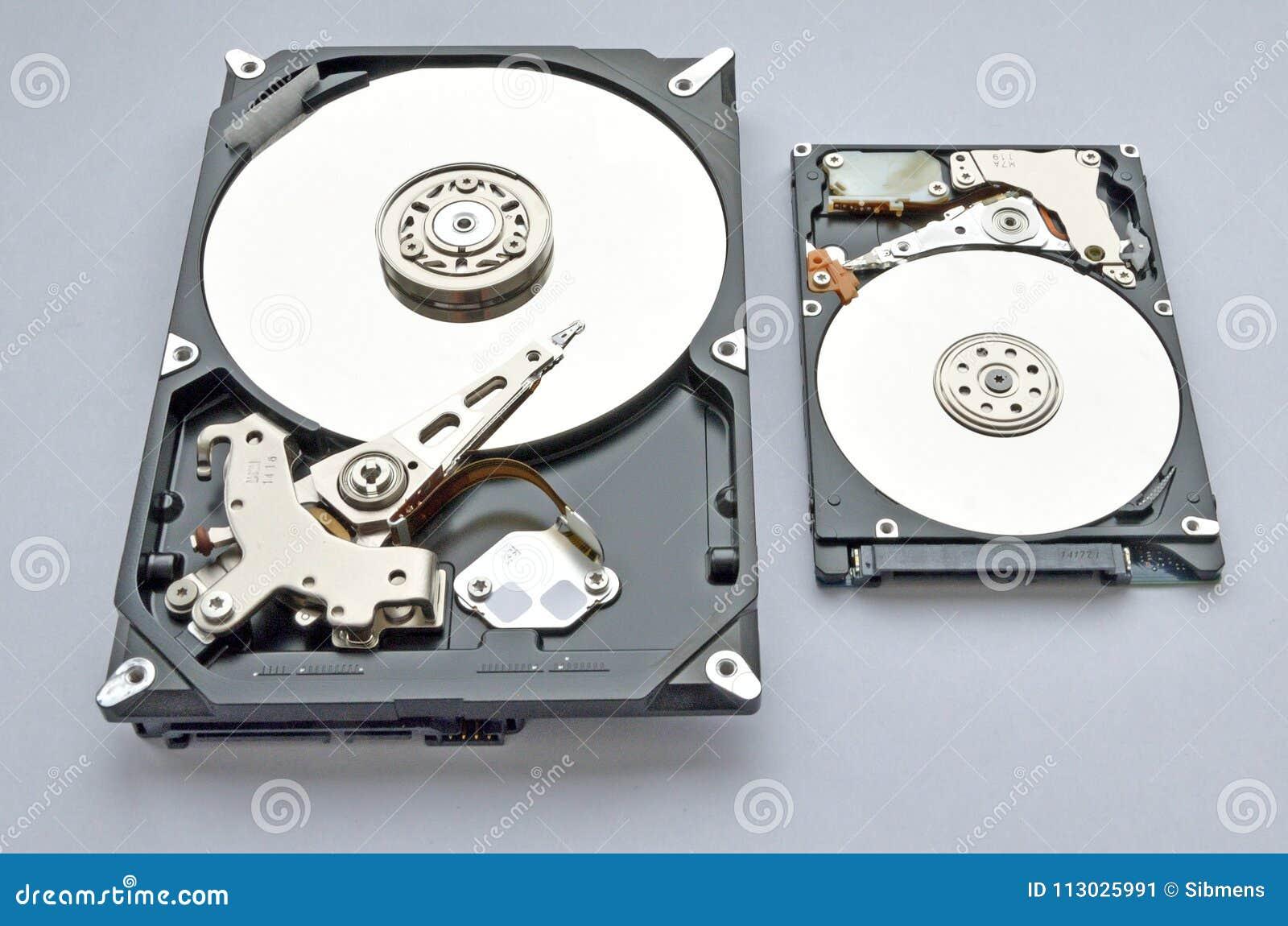 Disco duro desmontado para el ordenador y el ordenador portátil en el fondo blanco