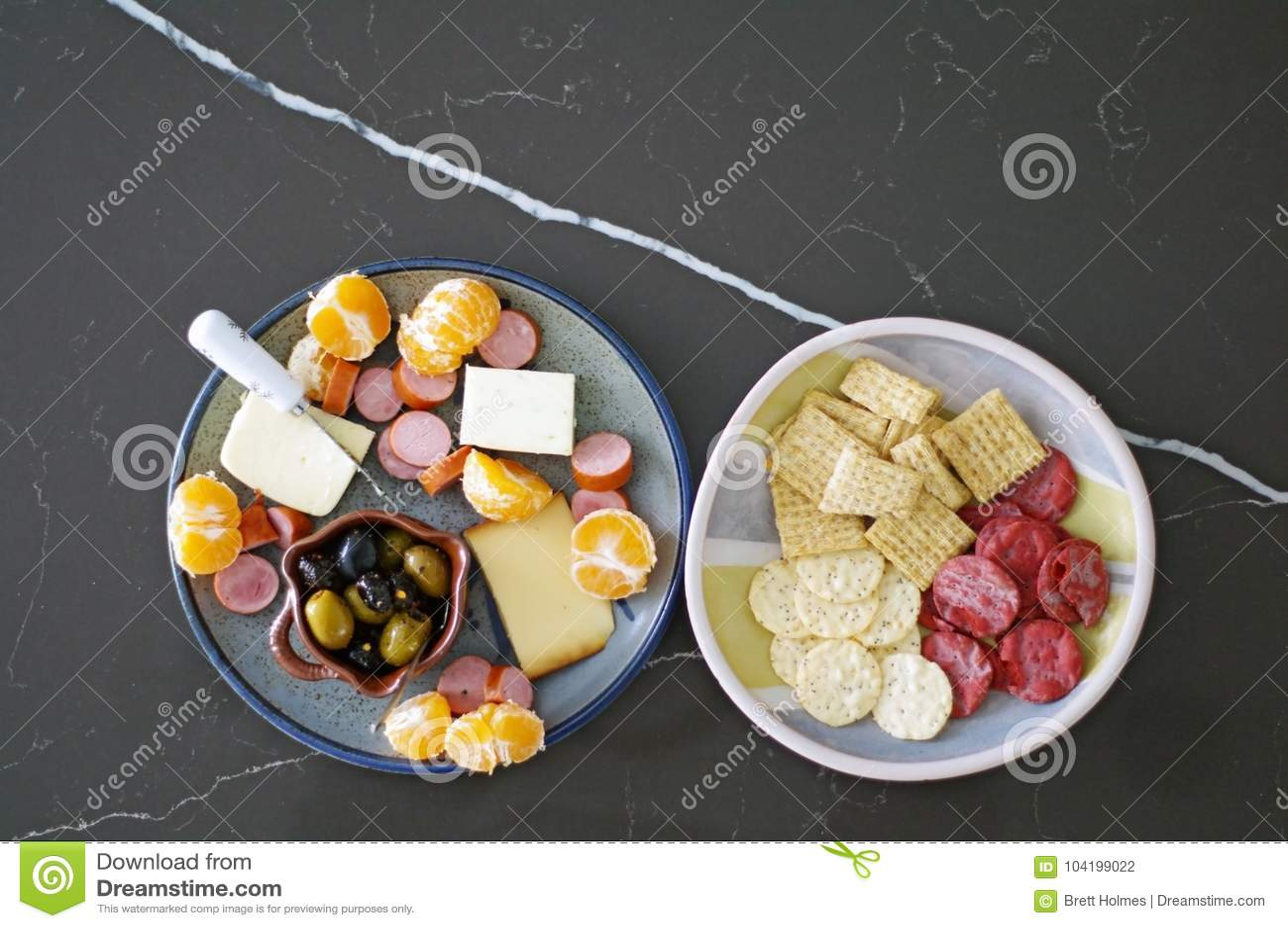 Disco estacional del aperitivo con las aceitunas, el queso, la carne y las naranjas