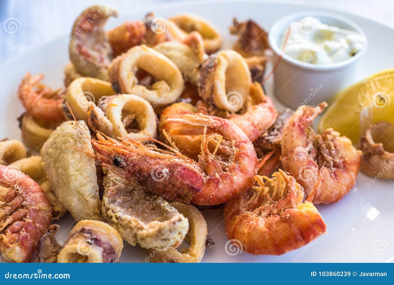 Disco frito mezclado de los pescados, del camarón y del calamar